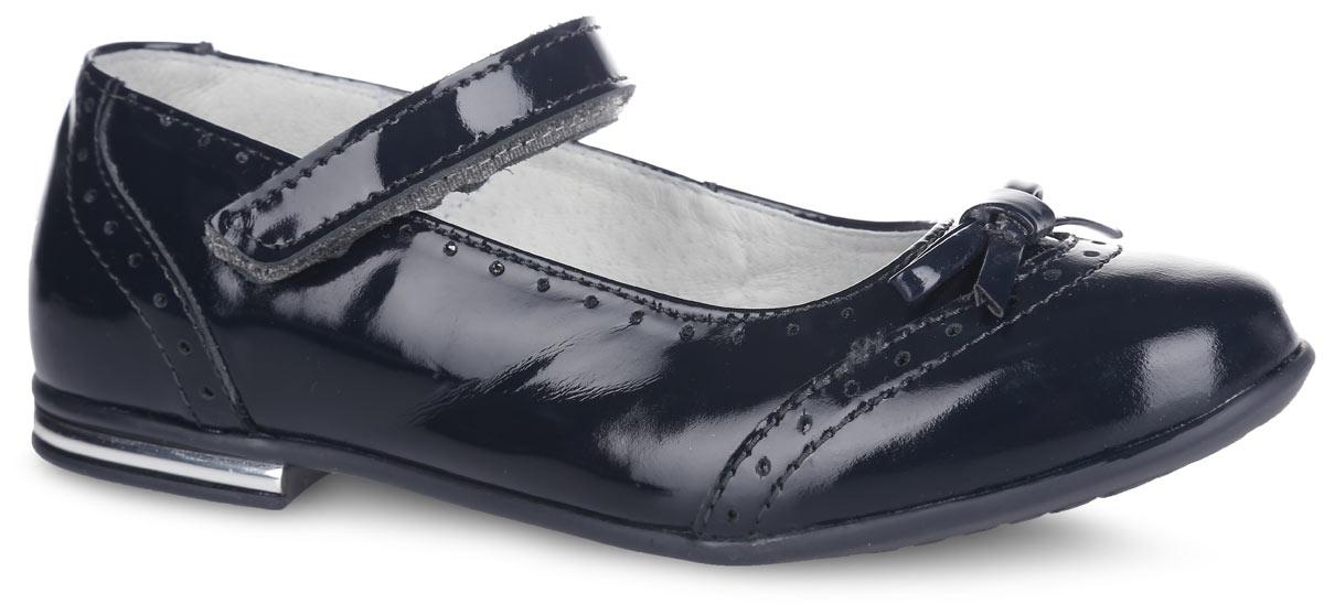 Туфли для девочки. 532094532094-21Прелестные туфли от Котофей очаруют вашу девочку с первого взгляда! Модель выполнена из качественной натуральной лакированной кожи и оформлена оригинальной перфорацией и небольшим бантиком на мыске. Ремешок с застежкой-липучкой надежно зафиксирует ножку ребенка. Внутренняя поверхность из натуральной кожи не натирает. Стелька из материала ЭВА с поверхностью из натуральной кожи дополнена супинатором с перфорацией, который обеспечивает правильное положение стопы ребенка при ходьбе и предотвращает плоскостопие. Туфли снабжены невысоким каблучком, оформленным пластиковой вставкой, стилизованной под металл. Рифленая поверхность подошвы и каблука обеспечивает отличное сцепление с любой поверхностью. Стильные туфли - незаменимая вещь в гардеробе каждой девочки!
