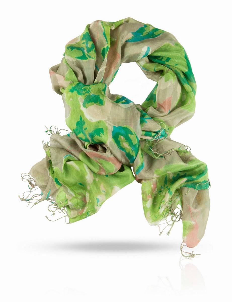 S-BIG.FLOWER/LILПалантин выполнен из натурального шелка. Классический шелк с узором, вдохновленным жарким летом: оливковая роща, блики солнца на листьях, загорелая кожа, страсть, тайное свидание. Этот палантин - квинтэссенция французского шарма и духа галантных приключений. Позвольте полупрозрачному шелковому полотну прикоснуться к вашей коже, ощутите его нежность и ласку, завяжите пышным бантом или узлом, задрапируйте или оберните вокруг бедер - наслаждайтесь, развлекайтесь, флиртуйте, ведите свою партию уверенно и красиво!