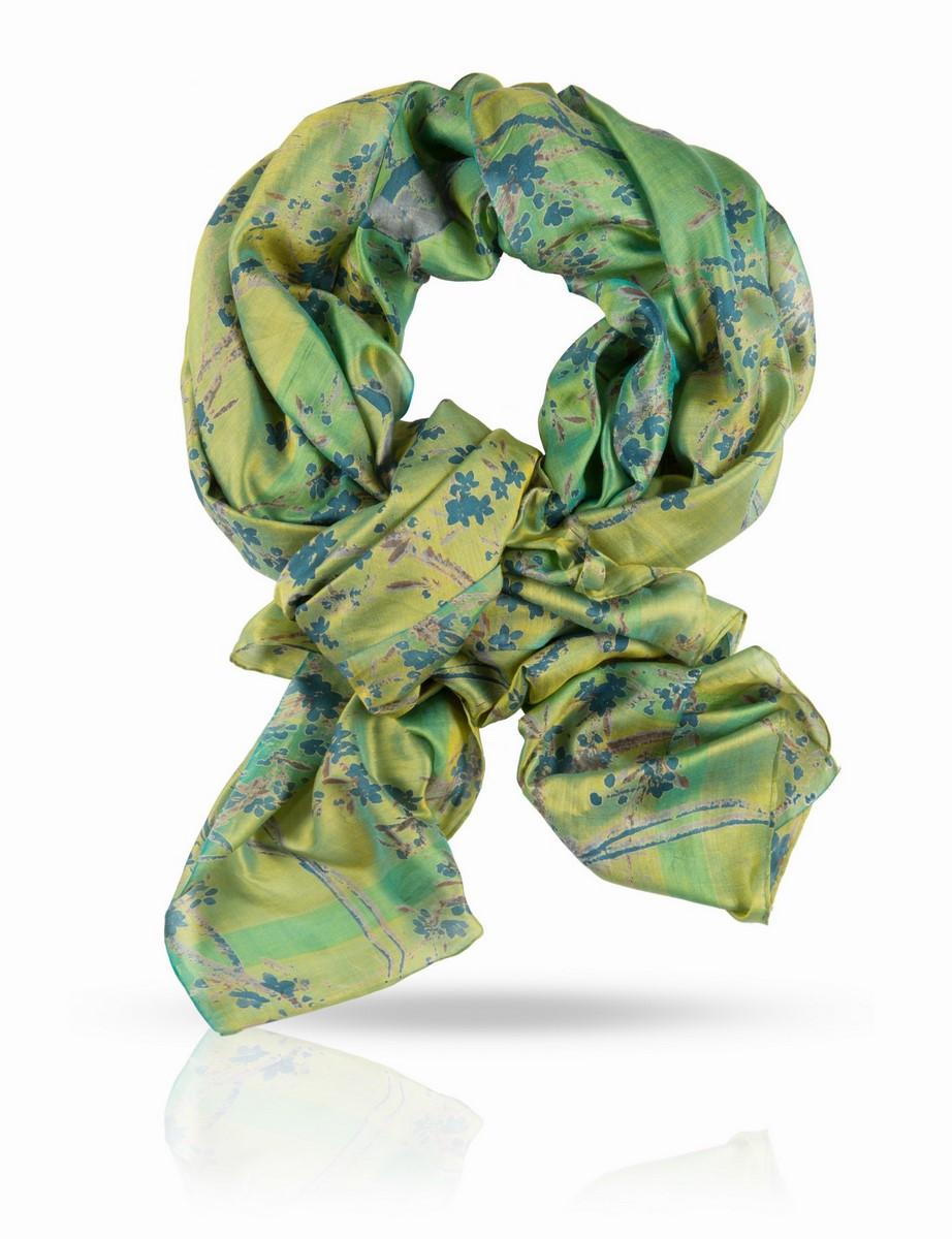 ПалантинSN-FINGAY/SILVERОчаровательный принт этого палантина из плотного, легкого и мягкого шелка не сможет отвлечь вас от его способности образовывать потрясающие складки. Сегодня он послужит вам шарфом, завтра - развернется во всю красу в виде парео или роскошной накидки, и скорее всего, вы захотите носить его каждый день.