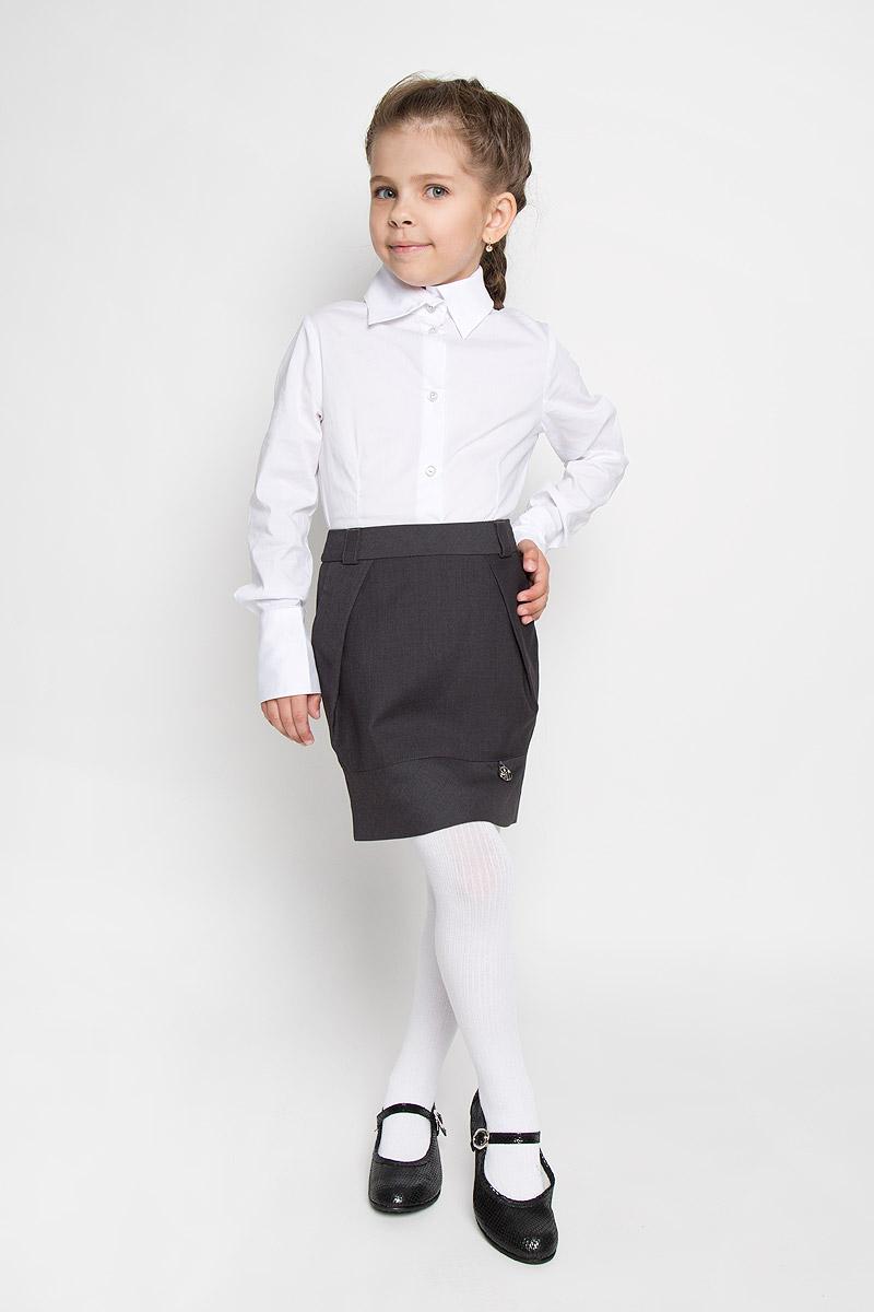 Юбка для девочки. SS-B-G-1003SS-B-G-1003_003Классическая юбка для девочки Silver Spoon идеально подойдет для школы. Изготовленная из высококачественного материала с добавлением вискозы, она необычайно мягкая и приятная на ощупь, не сковывает движения и позволяет коже дышать, не раздражает даже самую нежную и чувствительную кожу ребенка, обеспечивая ему наибольший комфорт. На подкладке используется гладкая подкладочная ткань. Юбка на поясе застегивается на боковую потайную застежку-молнию. Также талия регулируется скрытой резинкой на пуговицах. Предусмотрены шлевки для ремня и два боковых втачных кармана со скошенными краями. Спереди изделие дополнено двумя большими скошенными складками, придающими изделию оригинальность. Украшена модель небольшой подвеской в виде логотипа бренда. В сочетании с любым верхом, эта юбка выглядит строго, красиво, и очень эффектно.