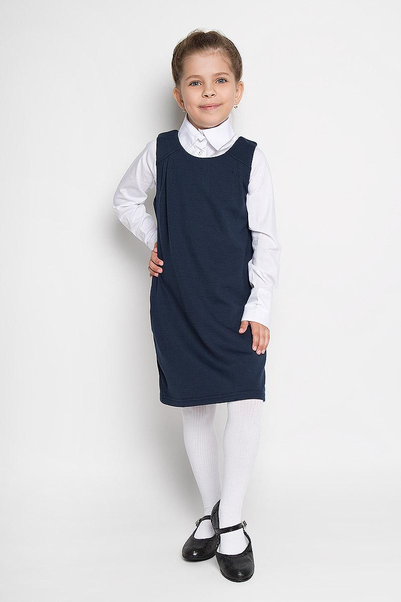 Сарафан215BBGS5003Сарафан для девочки Button Blue - базовая вещь в школьном гардеробе ребенка. Изготовленный из полиэстера с добавлением района и эластана, он мягкий и приятный на ощупь, не сковывает движения и позволяет коже дышать, не раздражает даже самую нежную и чувствительную кожу ребенка, обеспечивая наибольший комфорт. Подкладка выполнена из гладкой подкладочной ткани. Сарафан трапециевидного силуэта с круглым вырезом горловины на спинке застегивается на длинную скрытую застежку-молнию. Комфортный свободный силуэт не стесняет движений и позволяет использовать модель для всех типов фигур. По бокам сарафан дополнен двумя прорезными кармашками. Верхняя часть изделия спереди дополнена складками, что гармонично дополняет образ. Являясь важным атрибутом школьной моды, в сочетании с любой водолазкой, футболкой, блузкой, сарафан выглядит очень изысканно и деликатно.