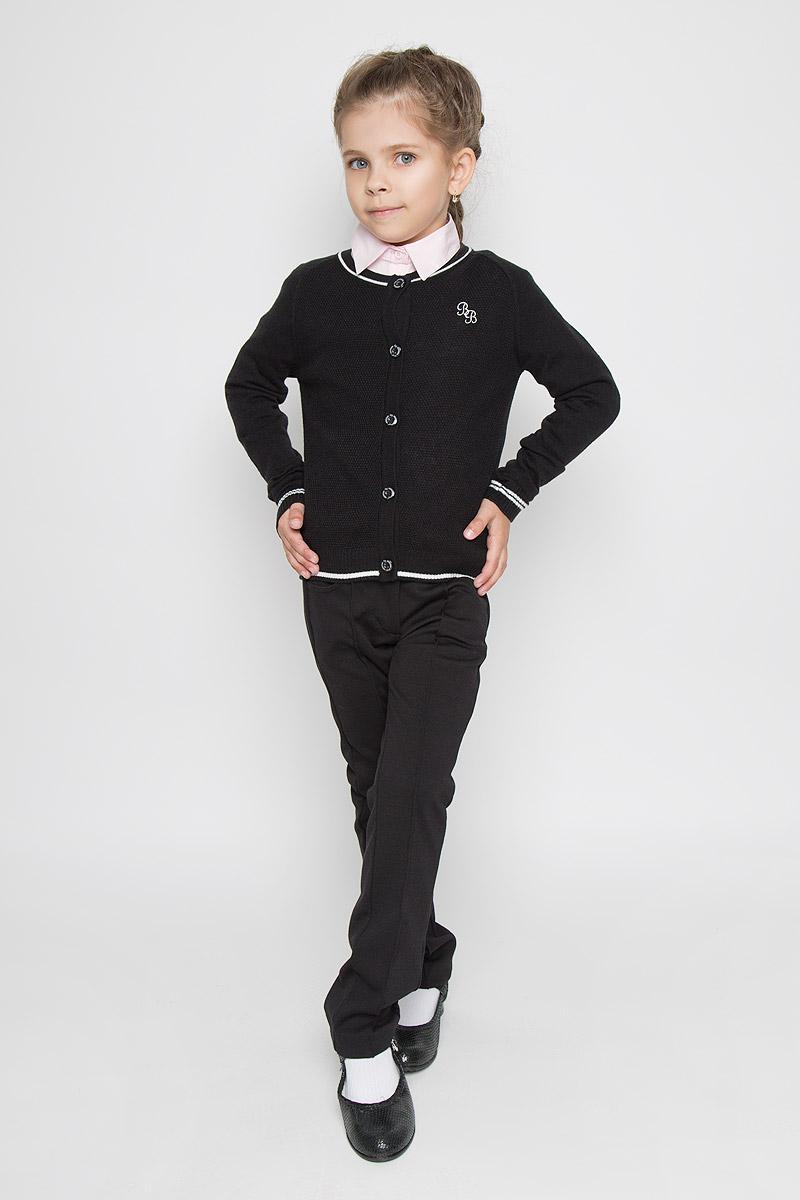 Кофта для девочки. 215BBGS36215BBGS3601Вязаная кофта для девочки Button Blue идеально подойдет вашей дочурке для школы в прохладные дни и подарит комфорт, не нарушив делового стиля. Изготовленная из акриловой пряжи с добавлением шерсти и нейлона, она необычайно мягкая и приятная на ощупь, не сковывает движения ребенка и хорошо сохраняет тепло, обеспечивая наибольший комфорт. Уютная кофта с круглым вырезом горловины и длинными рукавами-реглан застегивается на пуговички. Манжеты, горловина, планка низ модели связаны резинкой. Комбинация глади и фактурного типа вязания в одном изделии, контрастная отделка и небольшая фирменная вышивка на груди делают изделие стильным и запоминающимся. Оригинальный дизайн и расцветка делают эту кофту незаменимым предметом детского гардероба. В ней вашей маленькой принцессе будет уютно и тепло, и она всегда будет в центре внимания!
