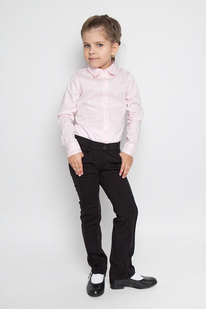 215BBGS5601Стильные брюки для девочки Button Blue идеально подойдут для школы и повседневной носки. Изготовленные из высококачественного материала, они необычайно мягкие и приятные на ощупь, не сковывают движения и позволяют коже дышать, обеспечивая наибольший комфорт. Брюки прямого кроя с застроченными стрелками прекрасно сидят и хорошо держат форму. Модель застегивается на пуговицу в поясе и ширинку на молнии, предусмотрены шлевки для ремня. Сзади на поясе изделие оформлено вышитой надписью с названием бренда. Спереди брюки дополнены двумя втачными карманами. Брючины оформлены небольшими отворотами. Такие брюки будут прекрасно сочетаться с различными блузками и пиджаками. Такие брюки - отличный выбор для школьного гардероба.