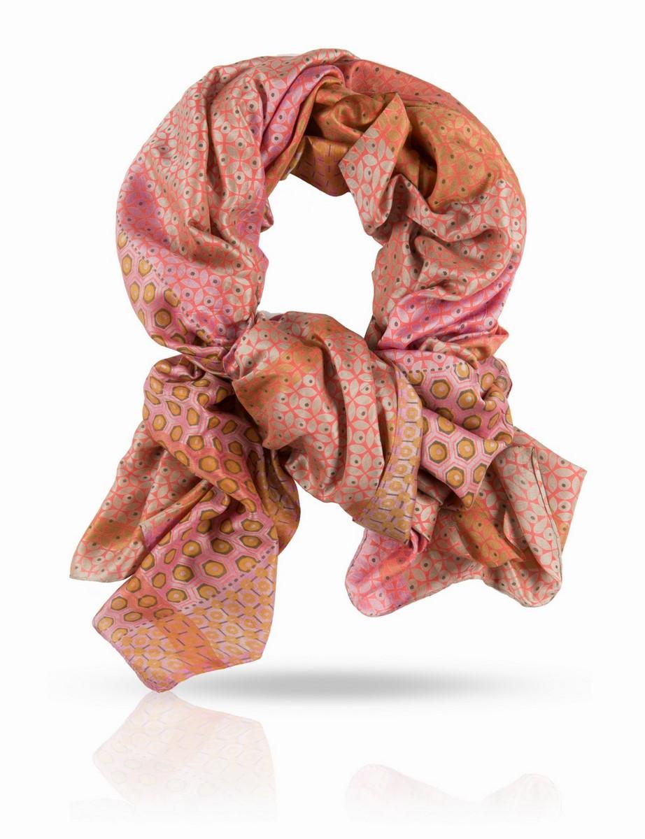 ПалантинSN-SMALL.FLORE/PAUNПалантин выполнен из 100% натурального шелка ручного плетения. Краски жизни, краски лета - свежие, но не кричащие. Этот палантин Michel Katana поистине универсален и будет верно служить вам в любое время года. С шубой или пальто, с плащом и легкой паркой, с блузкой и футболкой и даже с купальником - если вы решите использовать его как парео. Используйте эту роскошь на полную катушку!