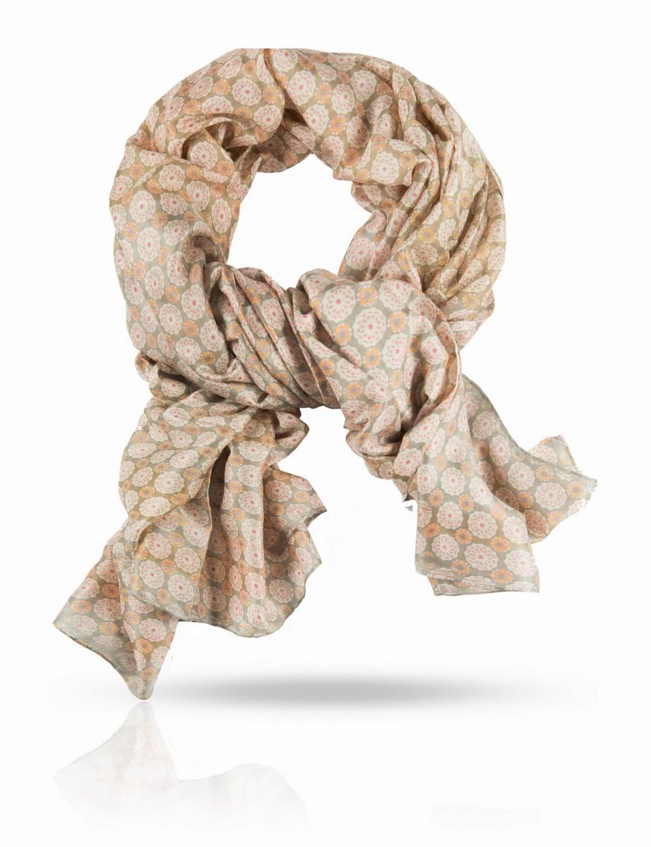 ПалантинSN-SMALL1/SEAПалантин выполнен из 100% натурального шелка ручного плетения. Цветочный принт царит на подиумах, но французы точно знают: каждый тренд нужно адаптировать к своему типу красоты. Если вы не любите крупные, броские узоры, подарите себе это изысканное прочтение моды: аккуратные и гармоничные цветы в стройном порядке украшают шелковый палантин Michel Katana. Высочайшее качество шелка и ручная подшивка края делают этот палантин достойным самых взыскательных покупателей.