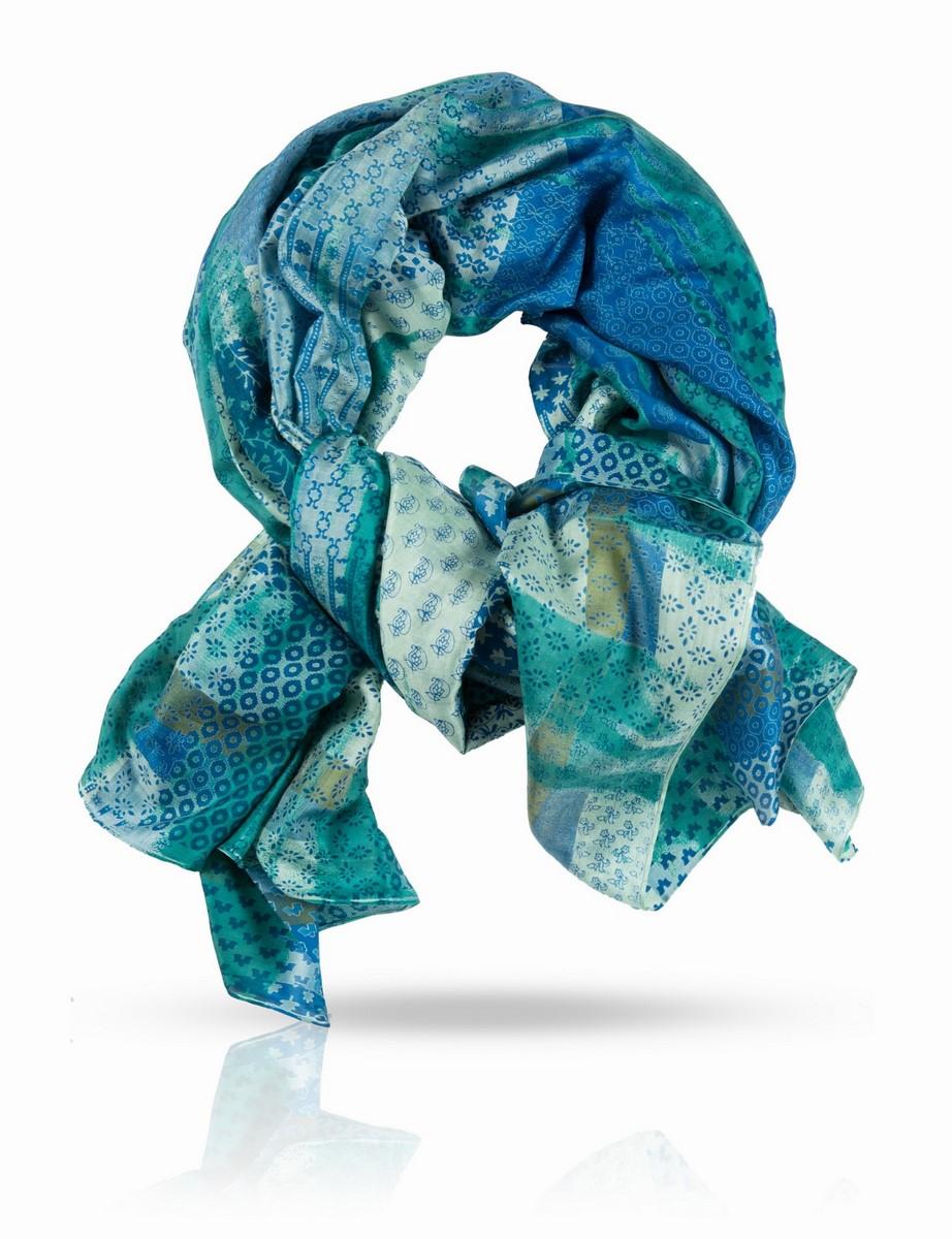 ПалантинSN-SMALL2/FIREПалантин выполнен из 100% натурального шелка. Шелковая ткань ручного плетения. Мода требует сочетать принты и цвета - но как легко потеряться во всех правилах, советах и подсказках! Три цвета и четыре принта подобраны с художественной точностью. Насыщенные, но деликатные классические тона выбраны специально для женщин теплых цветотипов. Этот палантин будет отличным модным акцентом в наряде для загородного отдыха и длинных прогулок, а если вы возьмете его с собой на пляж - великолепно сыграет роль парео, гармонирующего с оттенками песка и солнечными бликами.