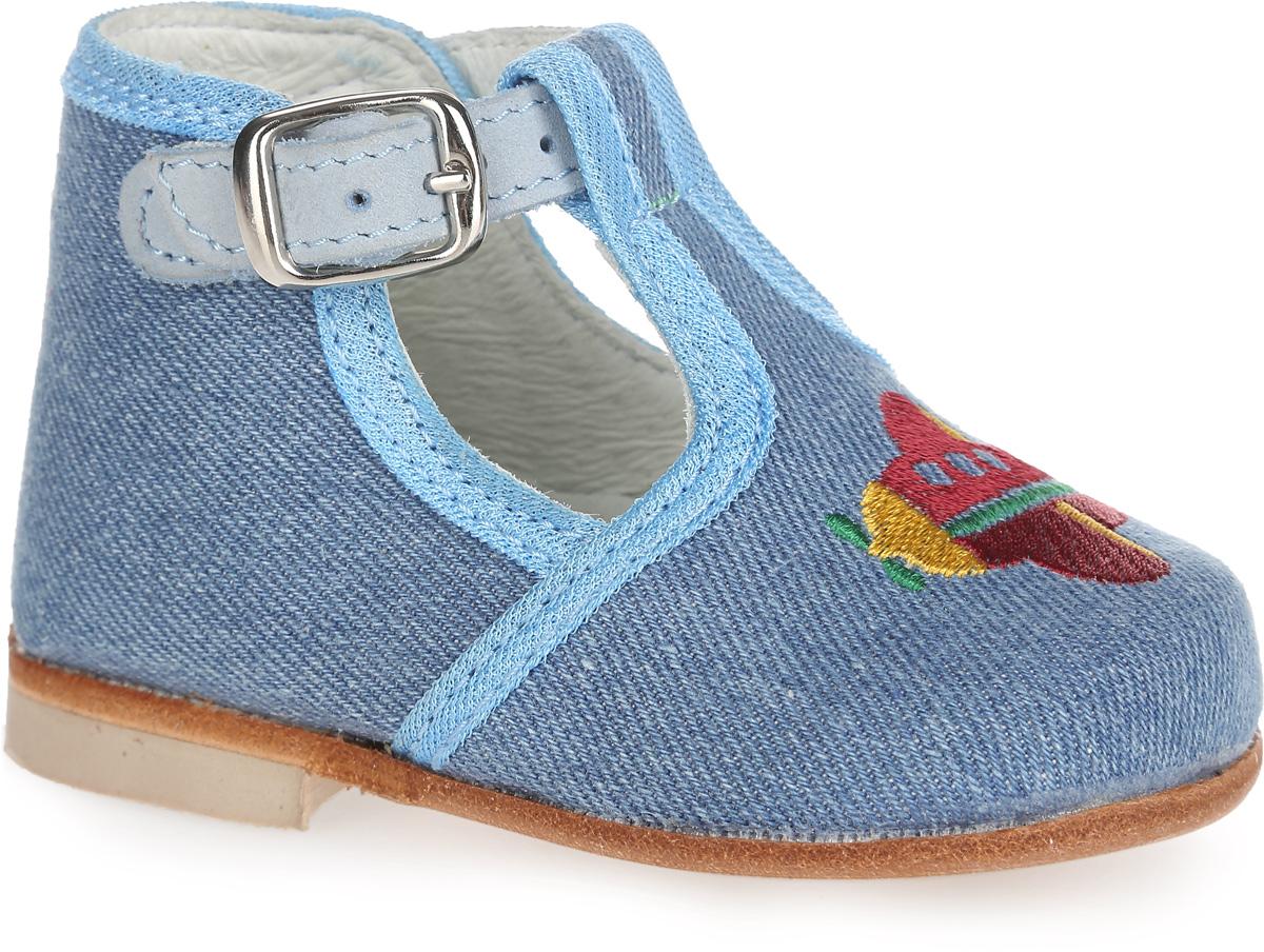 Туфли для мальчика. 031027-22031027-22Прелестные туфли от Котофей разработаны специально для первых шагов вашего малыша. Модель выполнена из текстиля и оформлена спереди яркой вышивкой в виде самолетика. Высокий жесткий задник и регулирующий кожаный ремешок с металлической пряжкой надежно зафиксируют ножку ребенка, не давая ей смещаться из стороны в сторону и назад. Внутренняя поверхность из натуральной кожи не натирает. Стелька из материала ЭВА с поверхностью из натуральной кожи дополнена небольшим супинатором с перфорацией, который обеспечивает правильное положение стопы ребенка при ходьбе и предотвращает плоскостопие. Стелька обладает повышенной гигроскопичностью и обеспечивает дополнительную амортизацию при ходьбе. Рифленая поверхность подошвы и каблука обеспечивает отличное сцепление с любой поверхностью. Стильные туфли - незаменимая вещь в гардеробе каждого мальчика!