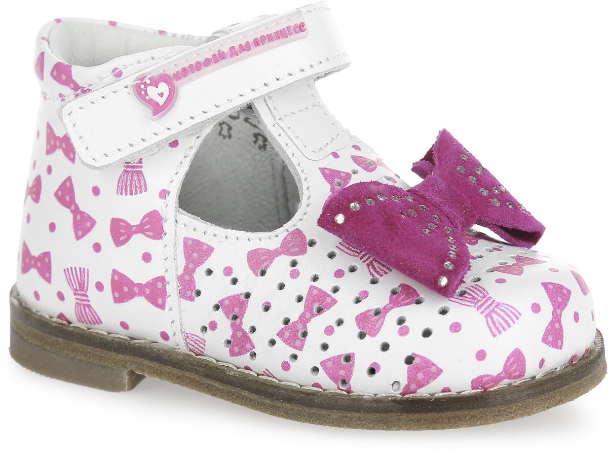 Туфли для девочки. 032075-21032075-21Прелестные туфли от Котофей разработаны специально для первых шагов вашей малышки. Модель выполнена из качественной натуральной кожи и оформлена принтом в виде бантиков, перфорацией, вдоль ранта - крупной прострочкой, на мыске - декоративной бантиком, украшенным стразами. Жесткий задник и ремешок с застежкой-липучкой надежно зафиксируют ножку ребенка, не давая ей смещаться из стороны в сторону и назад. Внутренняя поверхность из натуральной кожи не натирает. Стелька из материала ЭВА с поверхностью из натуральной кожи дополнена супинатором с перфорацией, который обеспечивает правильное положение стопы ребенка при ходьбе и предотвращает плоскостопие. Кожаная подошва в зоне пучков дополнена противоскользящими вставками, которые гарантируют отличное сцепление с любой поверхностью. Стильные туфли - незаменимая вещь в гардеробе каждой девочки!