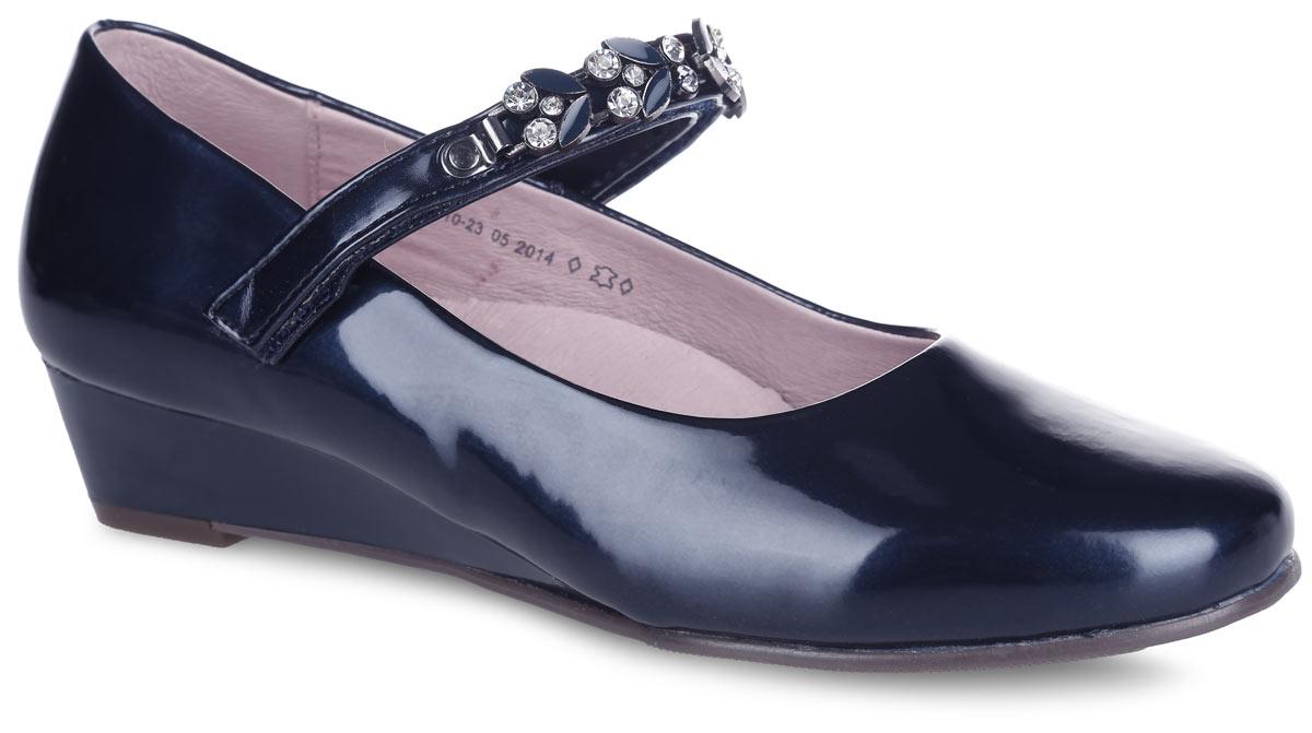 Туфли для девочки. 633010-23633010-23Прелестные туфли от Котофей очаруют вашу девочку с первого взгляда! Модель выполнена из искусственной лакированной кожи. Ремешок с застежкой-липучкой, оформленный металлическим элементом со стразами, надежно зафиксирует ножку ребенка. Внутренняя поверхность из натуральной кожи не натирает. Стелька из материала ЭВА с поверхностью из натуральной кожи дополнена супинатором, который обеспечивает правильное положение стопы ребенка при ходьбе и предотвращает плоскостопие. Перфорация на стельке позволяет ногам дышать. Подошва дополнена небольшой танкеткой. Рифленая поверхность подошвы обеспечивает отличное сцепление с любой поверхностью. Стильные туфли - незаменимая вещь в гардеробе каждой девочки!