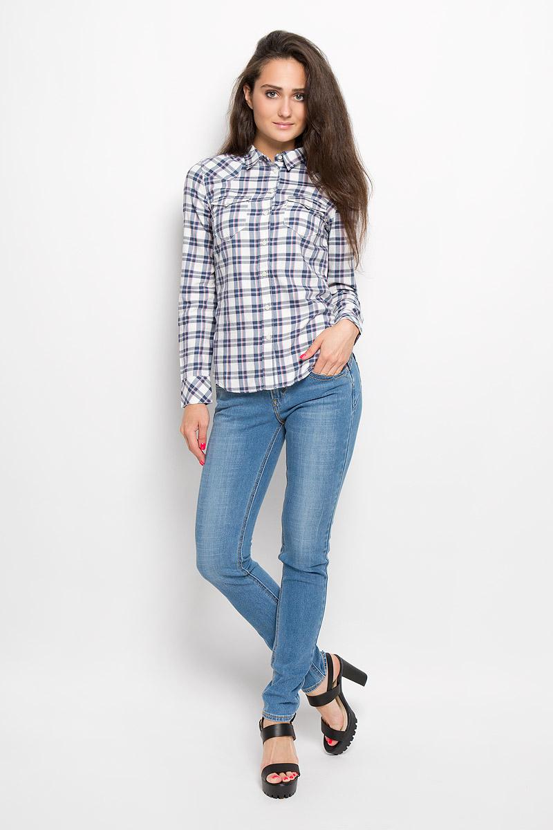 Рубашка1726900280Стильная женская рубашка Levis® в стиле Western shirt, выполненная из хлопка и вискозы, прекрасно подойдет для повседневной носки. Материал очень мягкий и приятный на ощупь, не сковывает движения и позволяет коже дышать. Рубашка с отложным воротником и длинными рукавами застегивается на пуговицы по всей длине. Низ рукавов обработан манжетами, которые застегиваются на пуговицы. Спереди модель дополнена двумя накладными карманами с клапанами на пуговицах. Модель оформлена принтом в клетку. Такая рубашка будет дарить вам комфорт в течение всего дня и станет модным дополнением к вашему гардеробу.