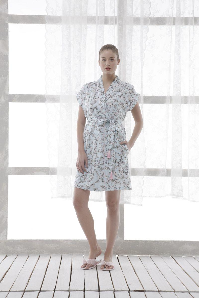 20110Женский халат Relax Mode Night выполнен из хлопка. Модель с V-образным воротником, короткими рукавами и атласной окантовкой. Изделие с запахом, застегивается на завязки и дополнено поясом. Халат оформлен нежным цветочным принтом.