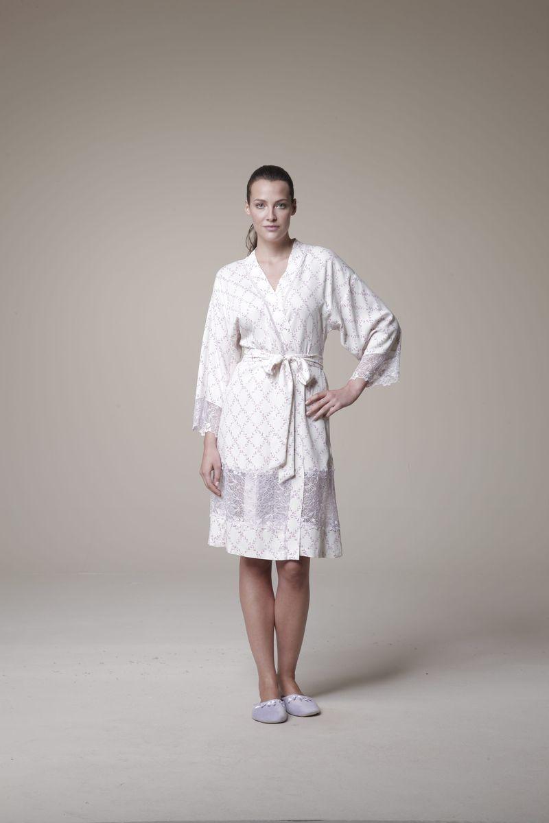 Халат20537Женский халат Relax Mode Night выполнен из вискозы. Модель-миди с глубоким запахом и рукавами 7/8 оформлена оригинальным принтом. Халат оснащен завязками. На спинке, по линии талии халат дополнен вшитой резинкой. Модель оформлена кружевом.