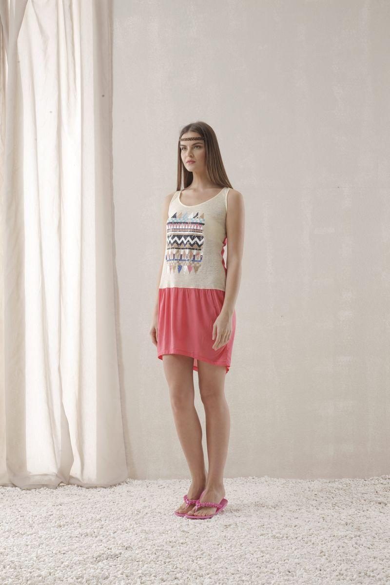 45181Домашнее платье Relax Mode выполнено из вискозы. Модель с круглым воротником, по спинке модель оформлена застежками-кнопками. Перед декорирован вставкой с ярким принтом. Подол ассиметричный.