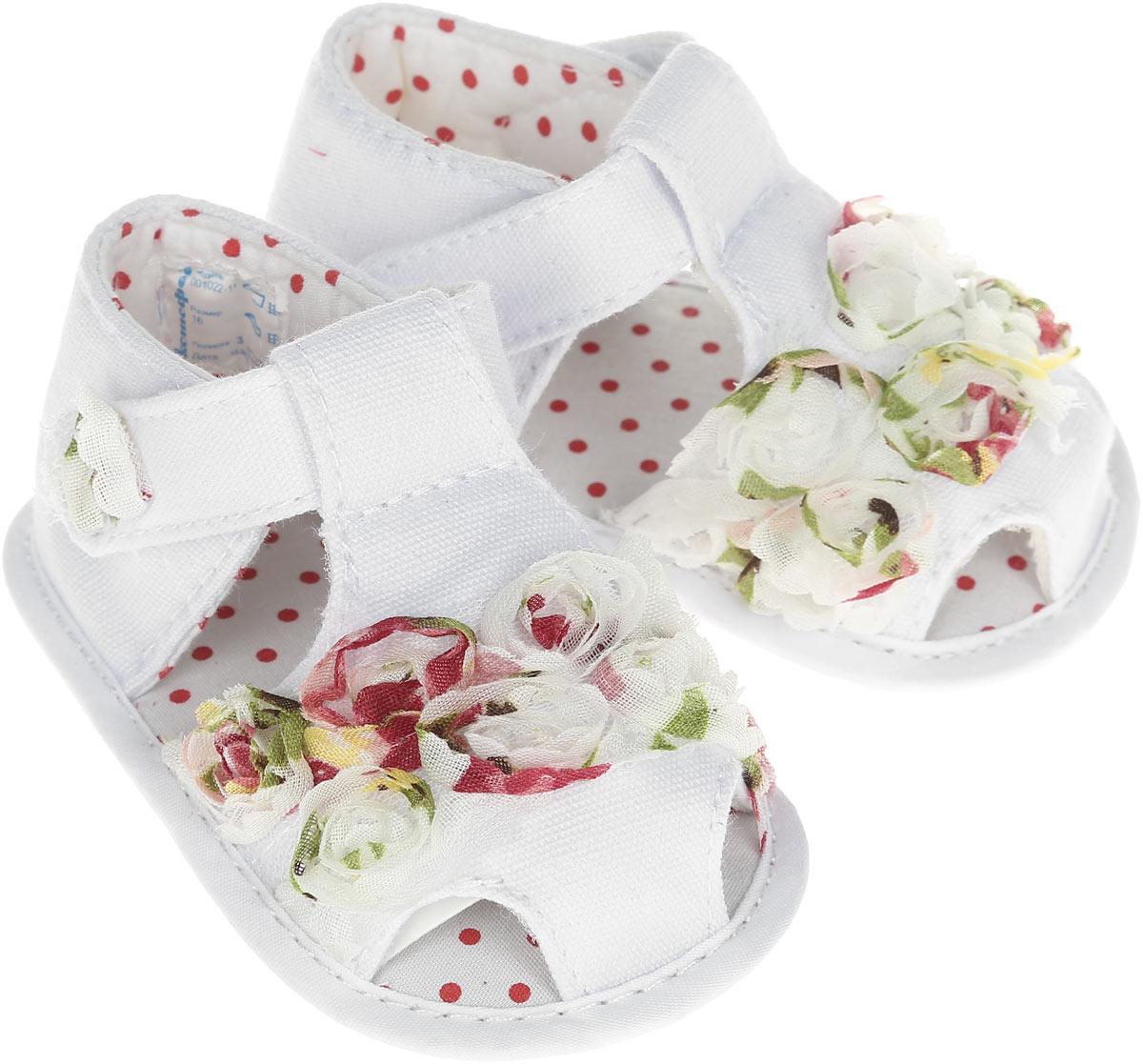 Пинетки для девочки. 001022001022-11Стильные и модные пинетки для девочки Котофей великолепно дополнят наряд маленькой модницы. В них ваша малышка будет чувствовать себя комфортно и непринужденно. Мягкий, приятный на ощупь и умеренно эластичный материал бережно удерживает ножку ребенка и обеспечивает необходимую циркуляцию воздуха и гигроскопичность. Пинетки легко надеваются и снимаются, а движения стопы в них остаются свободными. Модель дополнена хлястиками с липучками, которые надежно фиксируют пинетки на ножке ребенка и позволяют регулировать их объем. Пинетки декорированы объемными аппликациями в виде цветов. Милые, нежные, удобные и анатомически правильные для формирующейся ножки детские пинетки станут любимой обувью маленькой принцессы.