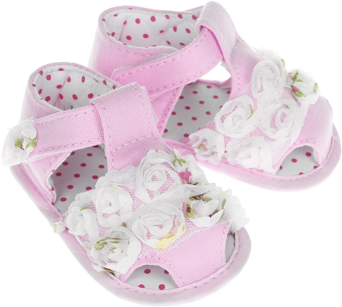 Пинетки001022-11Стильные и модные пинетки для девочки Котофей великолепно дополнят наряд маленькой модницы. В них ваша малышка будет чувствовать себя комфортно и непринужденно. Мягкий, приятный на ощупь и умеренно эластичный материал бережно удерживает ножку ребенка и обеспечивает необходимую циркуляцию воздуха и гигроскопичность. Пинетки легко надеваются и снимаются, а движения стопы в них остаются свободными. Модель дополнена хлястиками с липучками, которые надежно фиксируют пинетки на ножке ребенка и позволяют регулировать их объем. Пинетки декорированы объемными аппликациями в виде цветов. Милые, нежные, удобные и анатомически правильные для формирующейся ножки детские пинетки станут любимой обувью маленькой принцессы.