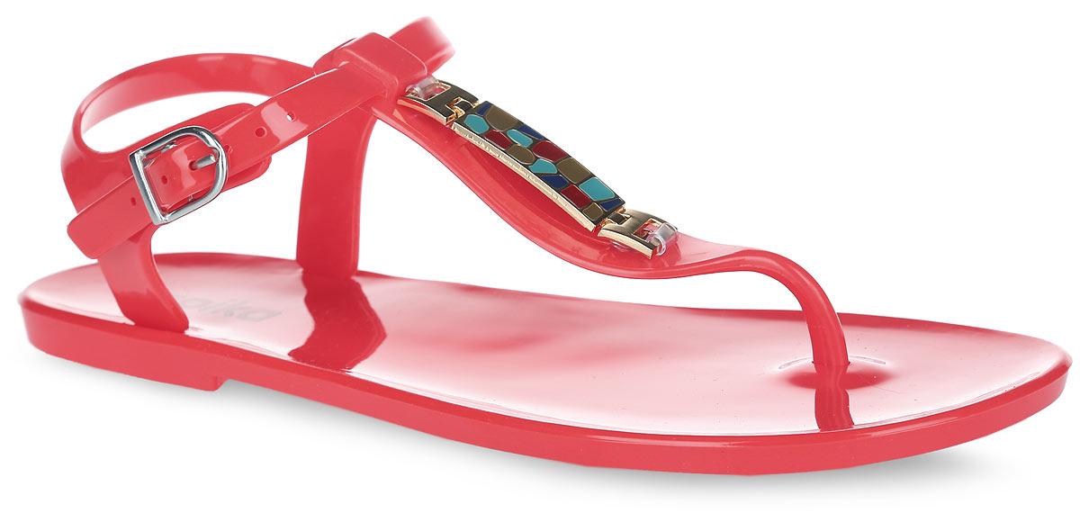 Сандалии для девочки. 8403284032Оригинальные сандалии от Kapika заинтересуют вашу девочку своим дизайном. Модель изготовлена из полимерного материала и оформлена в области подъема декоративным металлическим элементом с цветной эмалью. Ремешок с закругленной металлической пряжкой и дополнительной поддержкой пяточной части прочно зафиксируют модель на щиколотке. Длина ремешка регулируется за счет болта. Верхняя поверхность подошвы дополнена названием бренда. Рельефное снование подошвы обеспечивает уверенное сцепление с любой поверхностью. Удобные сандалии прекрасно подойдут для похода в бассейн или на пляж, а также внесут изюминку в модный образ вашей дочурки.