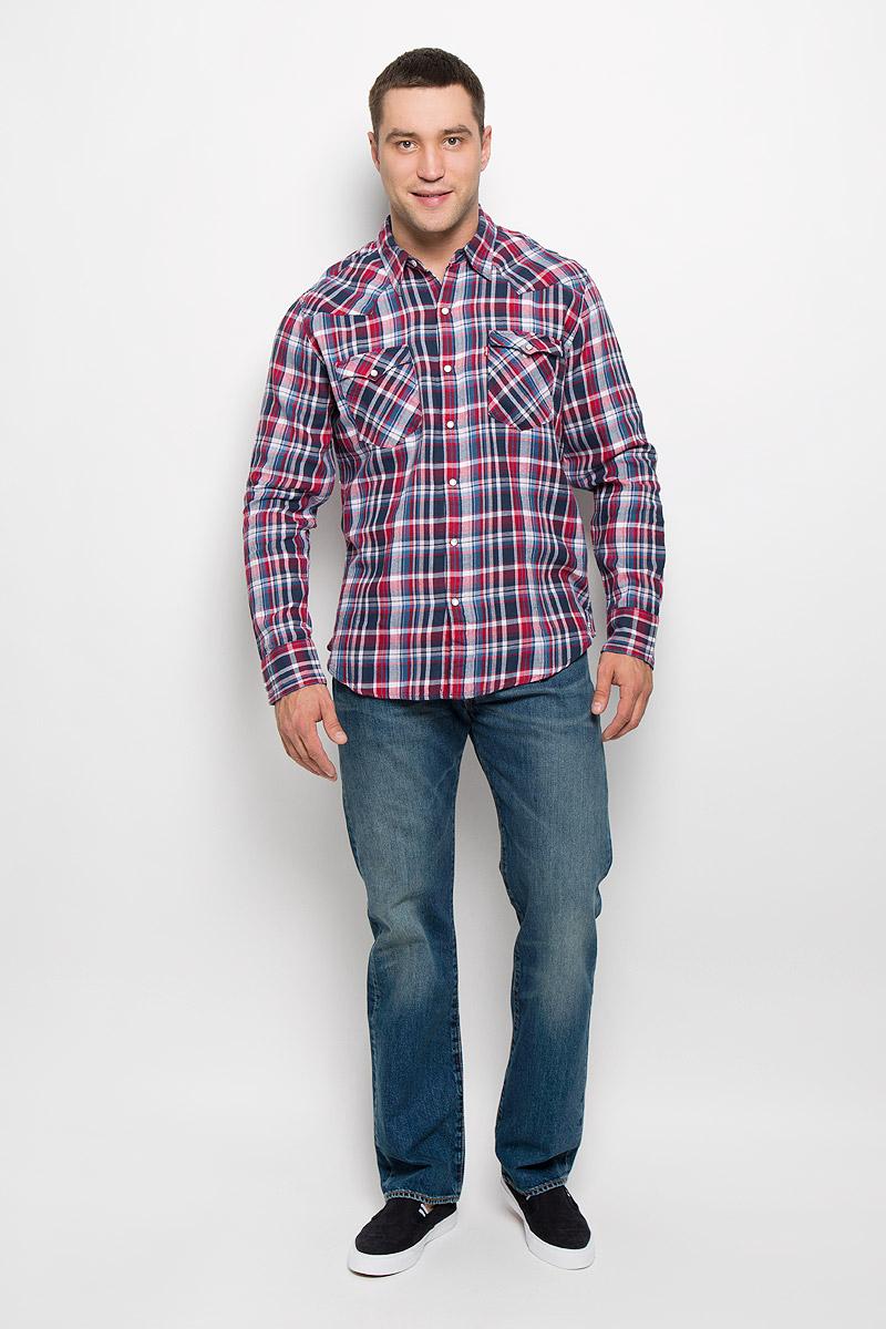 Рубашка6581601670Мужская рубашка Levis® прекрасно подойдет для повседневной носки. Изделие выполнено из натурального хлопка, необычайно мягкое и приятное на ощупь, не сковывает движения и хорошо пропускает воздух. Рубашка с отложным воротником и длинными рукавами застегивается спереди на кнопки и одну пуговицу. Модель отличается оригинальными ковбойскими элементами дизайна на передней и задней кокетках, оснащена нагрудными карманами с клапанами на кнопках. Манжеты рукавов также дополнены застежками-кнопками. Изделие оформлено принтом в клетку. Такая рубашка будет дарить вам комфорт в течение всего дня и станет стильным дополнением к вашему гардеробу.