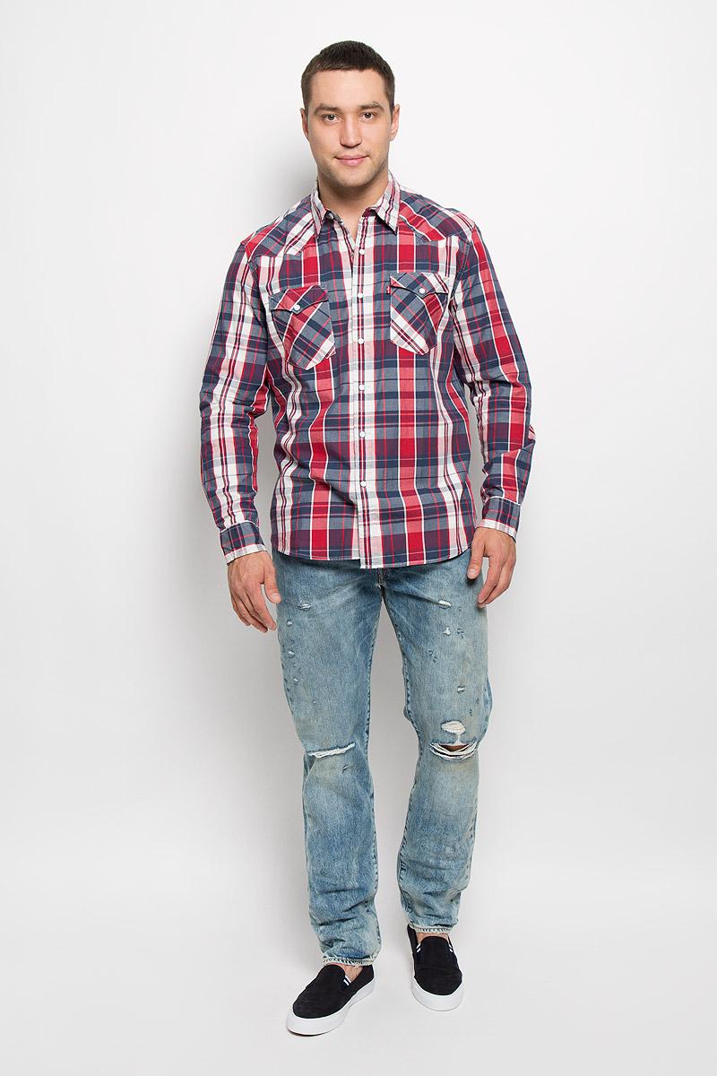 6698600220Мужская рубашка Levis® в стиле Western прекрасно подойдет для повседневной носки. Изделие выполнено из мягкого натурального хлопка, тактильно приятное, не сковывает движения и хорошо пропускает воздух. Рубашка с отложным воротником и длинными рукавами застегивается спереди на кнопки и одну пуговицу. Модель отличается оригинальными ковбойскими элементами дизайна на передней и задней кокетках, оснащена нагрудными карманами с клапанами на кнопках. Манжеты рукавов также дополнены застежками-кнопками. Изделие оформлено принтом в клетку. Такая рубашка будет дарить вам комфорт в течение всего дня и станет стильным дополнением к вашему гардеробу.