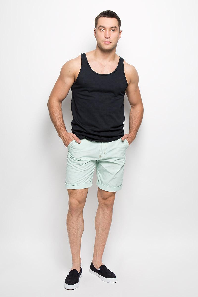 6400973.00.12Стильные мужские шорты Tom Tailor, изготовленные из натурального хлопка, необычайно мягкие и приятные на ощупь, не сковывают движения, обеспечивая наибольший комфорт. Модель прекрасно сочетается как с классической и аккуратной рубашкой шамбрэ, так и с выправленной сорочкой, придающую образу легкую небрежность. Все эти стили дарят невероятно расслабленное настроение и комфорт. Модель прямого покроя с ширинкой на застежке-молнии на талии застегивается на пуговицу, имеются шлевки для ремня. Спереди шорты дополнены двумя втачными карманами с косыми краями, сзади имеются два прорезных кармана на пуговицах. Эти шорты идеальный вариант на жаркие летние дни.