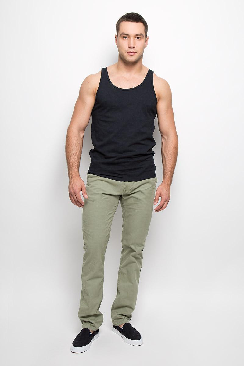 10152313 687Симпатичные мужские брюки Broadway прямого кроя и средней посадки, изготовленные из высококачественного хлопка, не сковывают движения. Застегиваются брюки на пуговицу в поясе и ширинку на застежке-молнии, имеются шлевки для ремня. Спереди модель оформлена двумя втачными карманами с косыми срезами, сзади - двумя втачными карманами на пуговицах. Эти модные и в тоже время комфортные брюки послужат отличным дополнением к вашему гардеробу. В них вы всегда будете чувствовать себя уютно и комфортно.