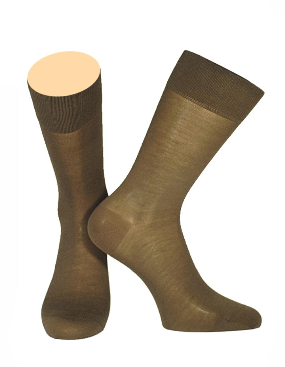 150/01Мужские носки Collonil изготовлены из высококачественного шелка с добавлением хлопка. Материал изделия обеспечивает великолепную посадку на ноге. Шелк обладает исключительными свойствами терморегуляции, он охлаждает когда жарко и держит тепло, когда температура начинает падать. Удлиненная широкая резинка идеально облегает ногу. Носки отличаются элегантным внешним видом. Носки станут отличным дополнением к вашему гардеробу!