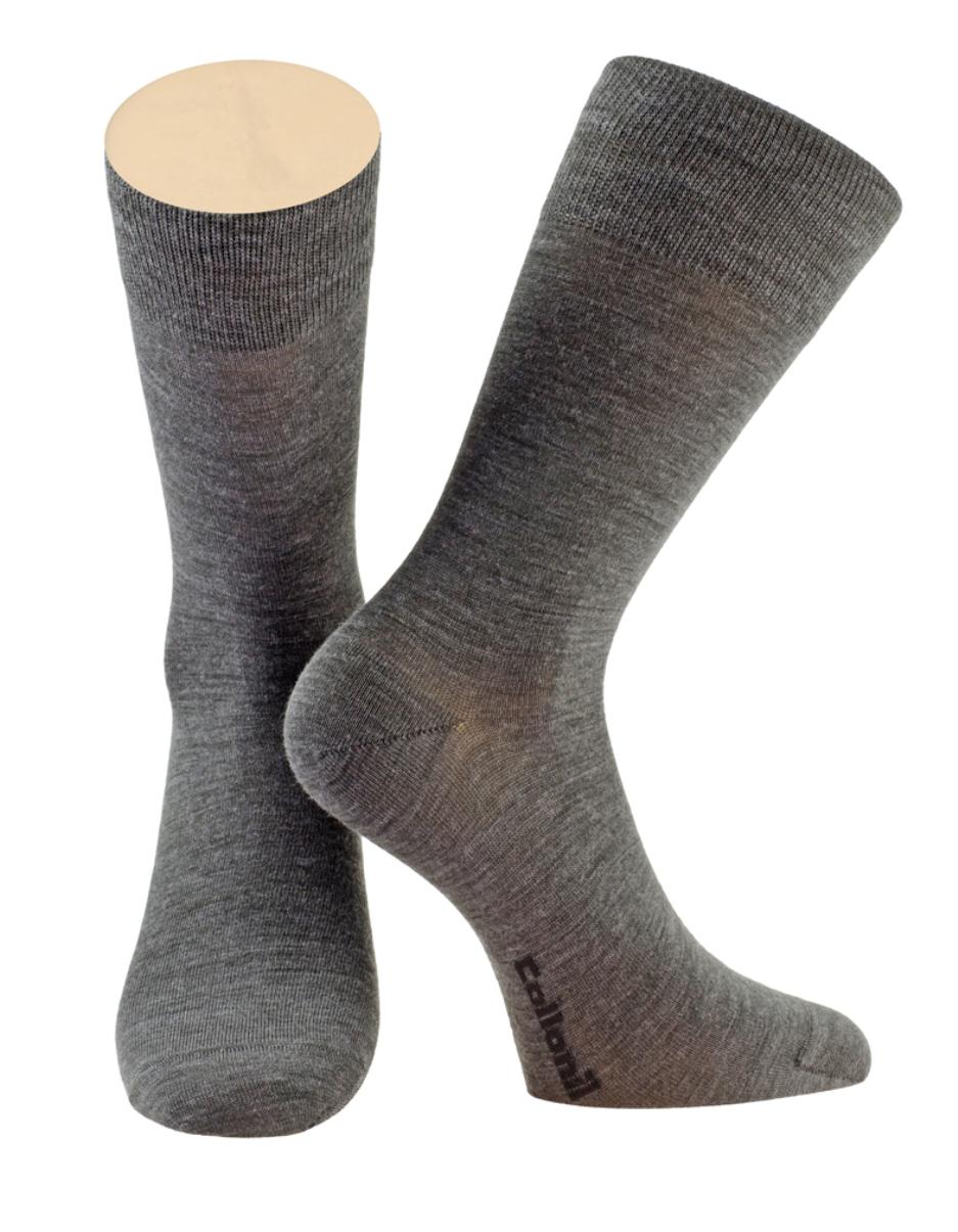 2-09/01Мужские носки Collonil изготовлены из шерсти и лайкры Nano Silver. Носки с удлиненным паголенком. Широкая резинка не сдавливает и комфортно облегает ногу.