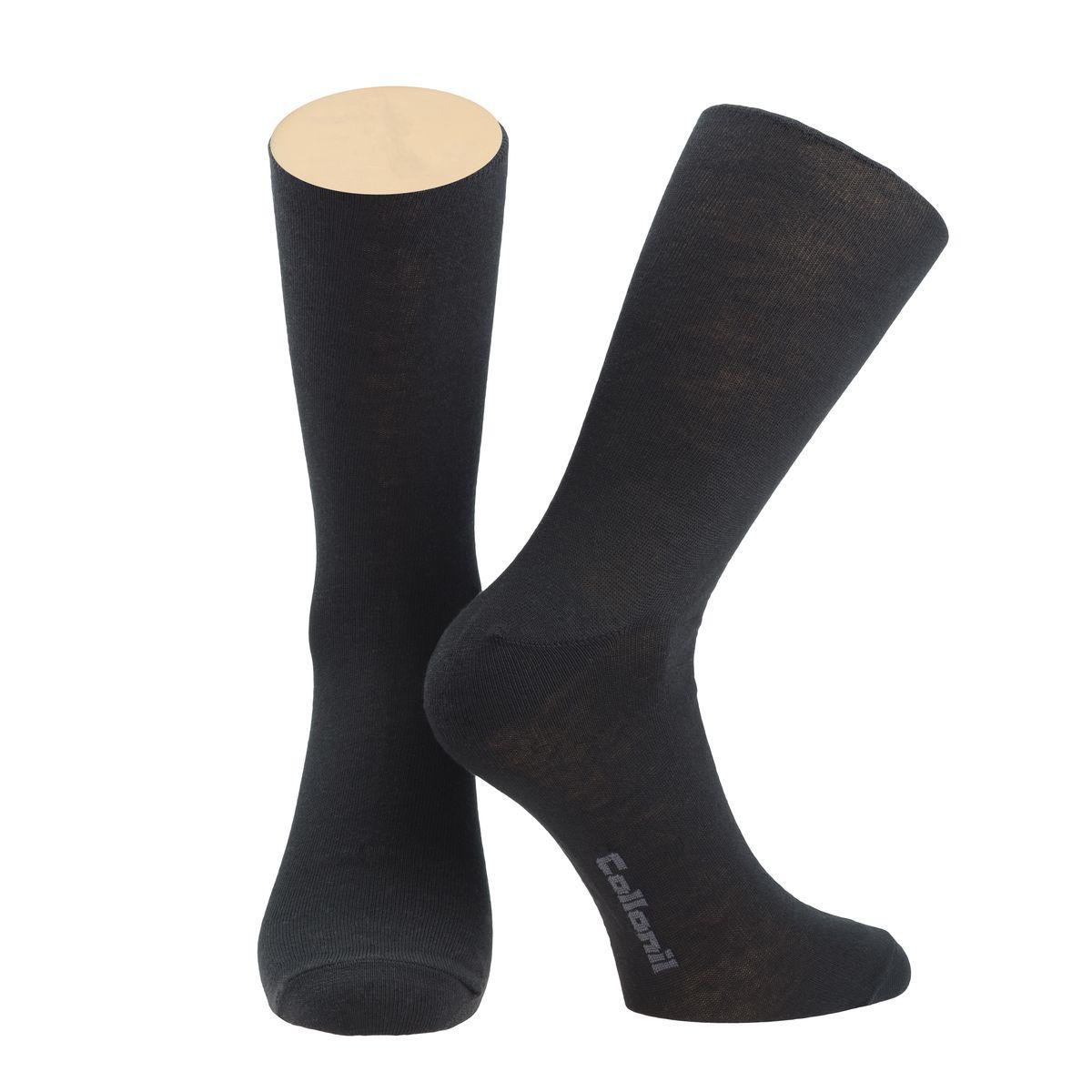 Комплект носковCE3-40/01Мужские носки Collonil изготовлены из эластичного хлопка с добавлением полиамида. Удлиненная широкая резинка не сдавливает и комфортно облегает ногу. В комплекте 2 пары.