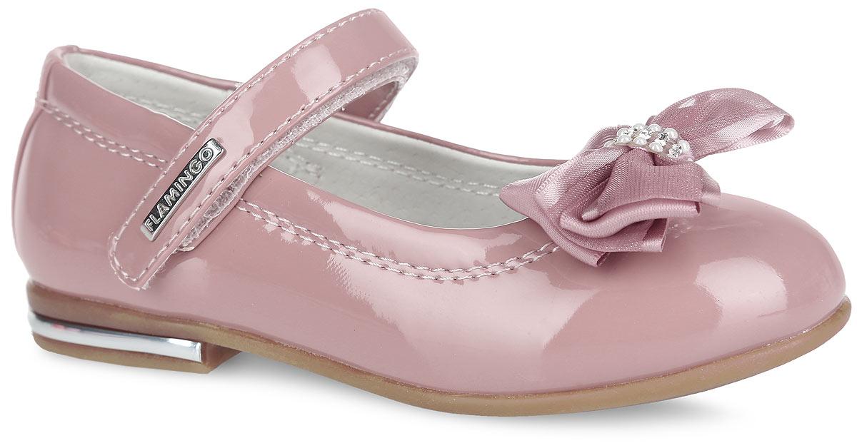 Туфли для девочки. 61-QT1061-QT103Чудесные туфли от Flamingo придутся по душе вашей юной моднице! Модель на невысоком широком каблучке изготовлена из искусственной лакированной кожи. Мыс оформлен роскошным бантиком, инкрустированным по центру стразами и бусинами, ремешок - декоративной металлической пластиной с гравировкой бренда. Подкладка, изготовленная из натуральной кожи, предотвратит натирание и гарантирует уют. Стелька из ЭВА материала с поверхностью из натуральной кожи дополнена супинатором, который обеспечивает правильное положение ноги ребенка при ходьбе, предотвращает плоскостопие. Ремешок на застежке-липучке надежно зафиксирует изделие на ножке ребенка. Каблук декорирован пластиковой вставкой, имитированной под металл. Подошва с рифлением обеспечивает идеальное сцепление с любыми поверхностями. Удобные туфли - незаменимая вещь в гардеробе каждой девочки.
