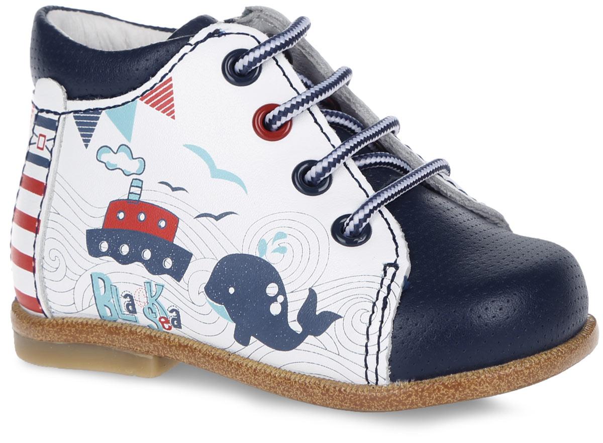 10107-1Стильные ботинки от Kapika заинтересуют вашего малыша с первого взгляда. Модель выполнена из натуральной кожи контрастных цветов и оформлена на язычке названием бренда. Подъем дополнен шнуровкой, которая обеспечивает надежную фиксацию модели на ноге, и металлическими люверсами. Подкладка, изготовленная из натуральной кожи, предотвращает натирание. Антибактериальная, влагопоглощающая, амортизирующая, анатомическая стелька из ЭВА материала с верхним покрытием из натуральной кожи, дополненная легкой перфорацией, обеспечивает максимальную устойчивость ноги при ходьбе, правильное формирование стопы и снижение общей утомляемости ног. Сбоку изделие декорировано оригинальным принтом на морскую тематику. Подошва оснащена рифлением для лучшей сцепки с поверхностью. Чудесные ботинки займут достойное место в гардеробе вашего ребенка.
