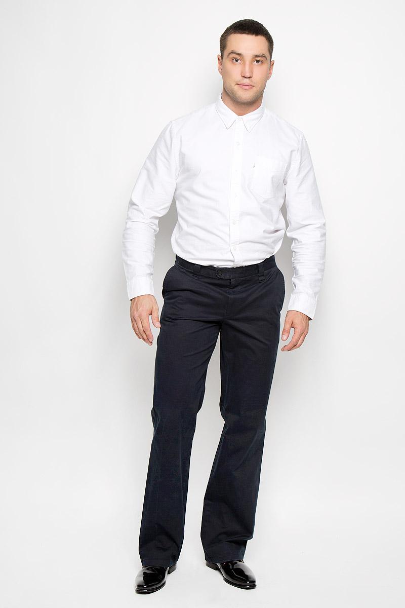12.013554Мужские брюки BTC Modern, выполненные из хлопка с добавлением лайкры, займут достойное место в вашем гардеробе. Ткань изделия мягкая, тактильно приятная, хорошо пропускает воздух. Брюки прямого кроя застегиваются на пуговицы в поясе и имеют ширинку на застежке-молнии. На брюках предусмотрены шлевки для ремня. Спереди модель дополнена двумя втачными карманами со скошенными краями, а сзади - двумя прорезными карманами на пуговицах. Высокое качество кроя и пошива, актуальный дизайн придают изделию неповторимый стиль и индивидуальность. Брюки станут стильным дополнением к вашему образу!