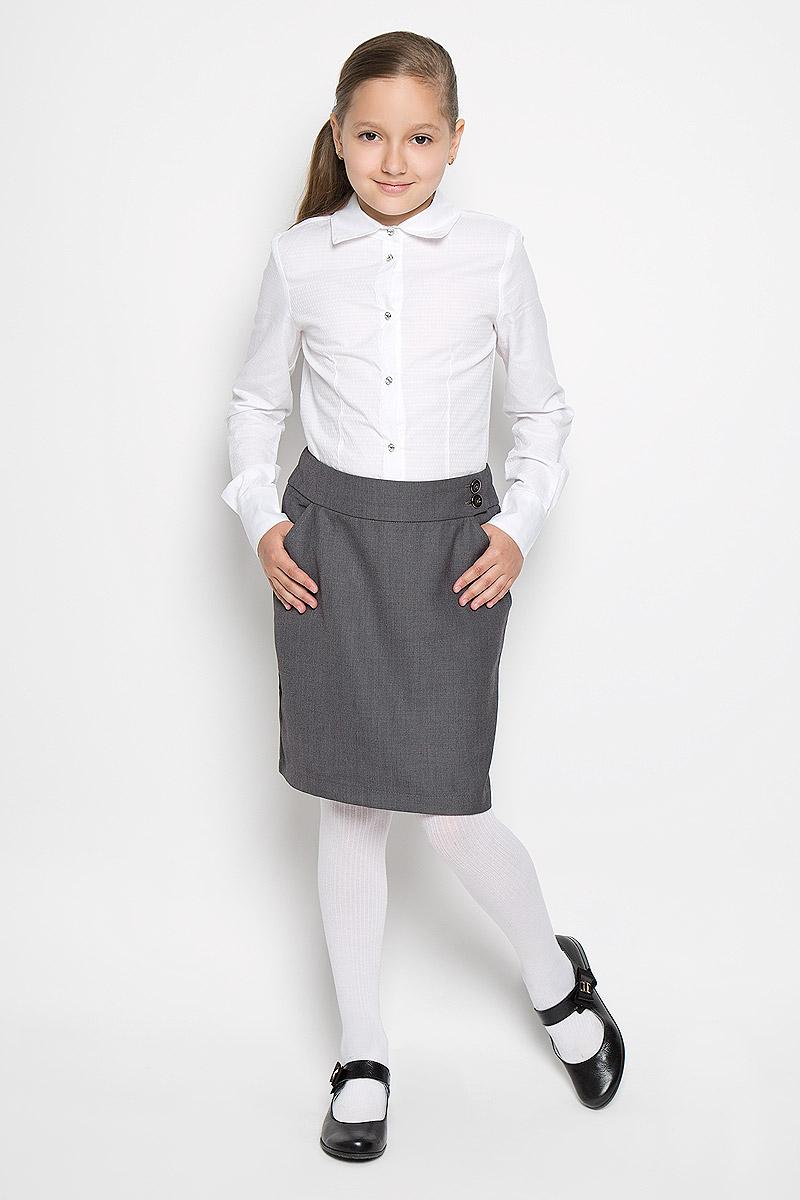 AW15GS136B2-20Стильная юбка для девочки Nota Bene идеально подойдет для школы. Изготовленная из полиэстера с добавлением вискозы, она необычайно мягкая и приятная на ощупь, не сковывает движения малышки и позволяет коже дышать, не раздражает даже самую нежную и чувствительную кожу ребенка, обеспечивая ему наибольший комфорт. Классическая юбка слегка зауженного к низу кроя, по поясу застегивается на две пуговицы. Спереди модель дополнена двумя втачными карманами с косыми срезами. В среднем шве юбки расположена шлица. В сочетании с любым верхом, эта юбка выглядит строго, красиво, и очень эффектно.