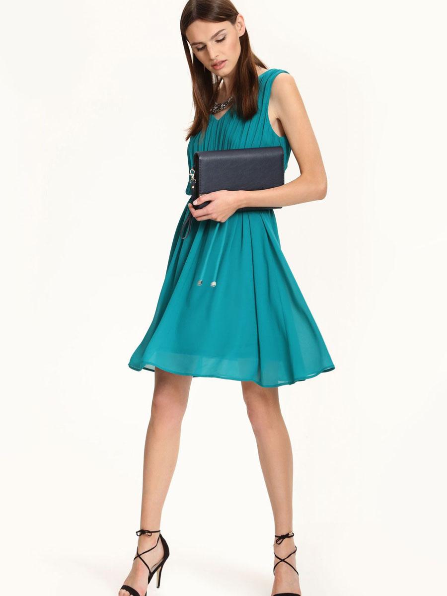 ПлатьеSSU1567CZЭлегантное платье Top Secret, изготовленное из высококачественного полиэстера, оно мягкое на ощупь, не раздражает кожу и хорошо вентилируется. Модель с V-образным вырезом горловины без рукавов на спинке застегивается на потайную застежку-молнию. Верх платья оформлен в гофрированном стиле. Складки на юбке дарят образу романтичность. В поясе модель дополнена шлевками для ремня и небольшим пояском. Стильное платье выполнено в лаконичном однотонном стиле.