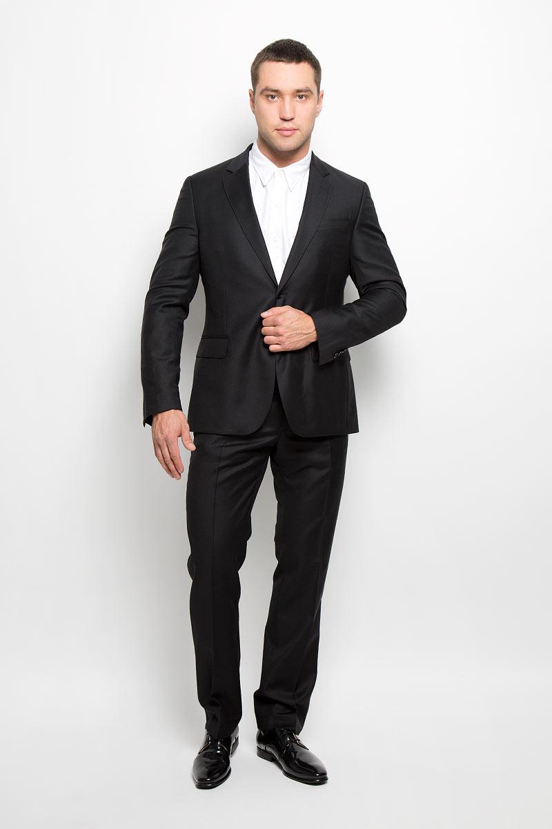 Костюм12.015323Мужской костюм BTC Modern, выполненный из 100% шерсти, займет достойное место в вашем гардеробе. Костюм состоит из пиджака и брюк. Ткань изделия гладкая, тактильно приятная. Подкладка модели изготовлена из комбинации вискозы и полиэстера. Пиджак с длинными рукавами и отложным воротником с лацканами застегивается на две пуговицы. Модель оснащена прорезным карманом на груди и двумя прорезными карманами с клапанами в нижней части изделия. С внутренней стороны находятся четыре прорезных кармана, один из которых застегивается на пуговицу. На рукавах имеются застежки-пуговицы. Спинка дополнена двумя шлицами. Брюки со стрелками застегиваются на крючок и пуговицы в поясе и имеют ширинку на застежке-молнии. На брюках предусмотрены шлевки для ремня. Спереди модель дополнена двумя втачными карманами со скошенными краями, а сзади - двумя прорезными карманами на пуговицах. Высокое качество кроя и пошива, актуальный дизайн и расцветка придают изделию неповторимый...