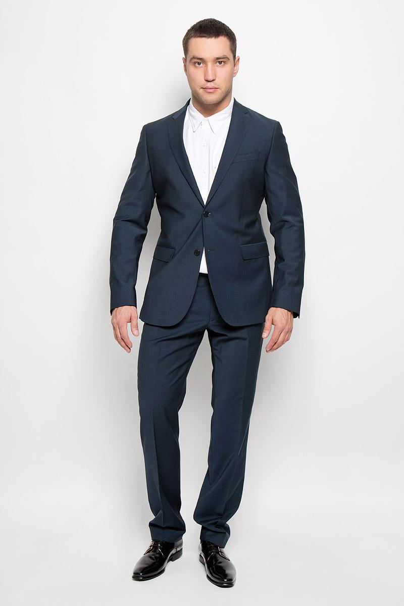 Костюм мужской Modern: пиджак, брюки. 12.01414612.014146Мужской костюм BTC Modern, состоящий из пиджака и брюк, займет достойное место в вашем гардеробе. Костюм изготовлен из высококачественного материала. Ткань изделия гладкая, тактильно приятная. Подкладка модели выполнена из ацетата. Пиджак с длинными рукавами и отложным воротником с лацканами застегивается на две пуговицы. Модель оснащена прорезным карманом на груди и двумя прорезными карманами с клапанами в нижней части изделия. С внутренней стороны находятся четыре прорезных кармана, один из которых застегивается на пуговицу. Низ рукавов декорирован пуговицами. Спинка дополнена центральной шлицей. Брюки со стрелками застегиваются на крючок и пуговицы в поясе и имеют ширинку на застежке-молнии. На брюках предусмотрены шлевки для ремня. Спереди модель дополнена двумя втачными карманами со скошенными краями, а сзади - двумя прорезными карманами на пуговицах. Этот модный и в то же время комфортный костюм - отличный вариант для офиса и торжеств. Такой...