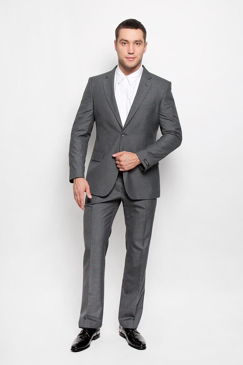 12.013989Мужской костюм BTC Modern, состоящий из пиджака и брюк, займет достойное место в вашем гардеробе. Костюм изготовлен из высококачественного материала. Подкладка модели выполнена из полиэстера. Пиджак с длинными рукавами и отложным воротником с лацканами застегивается на две пуговицы. Модель оснащена прорезным карманом на груди и двумя прорезными карманами с клапанами в нижней части изделия. С внутренней стороны находятся три прорезных кармана, один из которых застегивается на пуговицу. Низ рукавов декорирован пуговицами. Спинка дополнена центральной шлицей. Брюки со стрелками застегиваются на крючок и пуговицы в поясе и имеют ширинку на застежке-молнии. На брюках предусмотрены шлевки для ремня. Спереди модель дополнена двумя втачными карманами со скошенными краями, а сзади - прорезным карманом на пуговице. Этот модный и в то же время комфортный костюм - отличный вариант для офиса и торжеств. Такой костюм позволит выглядеть вам элегантно и стильно!