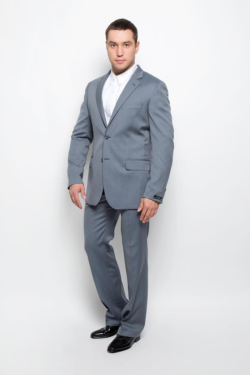 12.013456Мужской костюм BTC Modern, выполненный из 100% шерсти, займет достойное место в вашем гардеробе. Костюм состоит из пиджака и брюк. Подкладка пиджака изготовлена из ткани с эффектом хамелеон, в состав которой входят вискоза и полиэстер. Пиджак с длинными рукавами и отложным воротником с лацканами застегивается на две пуговицы. Модель оснащена прорезным карманом на груди и двумя прорезными карманами с клапанами в нижней части изделия. С внутренней стороны находятся три прорезных кармана, один из которых застегивается на пуговицу. Низ рукавов декорирован пуговицами. Спинка дополнена двумя шлицами. Брюки со стрелками застегиваются на крючок и пуговицы в поясе и имеют ширинку на застежке-молнии. На брюках предусмотрены шлевки для ремня. Спереди модель дополнена двумя втачными карманами со скошенными краями, а сзади - прорезным карманом на пуговице. Высокое качество кроя и пошива, актуальный дизайн и расцветка придают изделию неповторимый стиль и ...