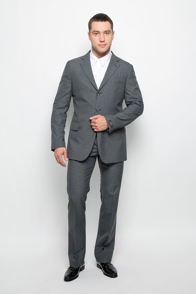 12.013371Мужской костюм BTC Modern, состоящий из пиджака и брюк, выполнен из полиэстера и вискозы. Подкладка модели изготовлена из полиэстера. Пиджак с длинными рукавами и отложным воротником с лацканами застегивается на три пуговицы. Модель оснащена прорезным карманом на груди и двумя прорезными карманами с клапанами в нижней части изделия. С внутренней стороны находятся три прорезных кармана, один из которых застегивается на пуговицу. Низ рукавов декорирован пуговицами. Спинка дополнена центральной шлицей. Брюки со стрелками застегиваются на крючок и пуговицы в поясе и имеют ширинку на застежке-молнии. На брюках предусмотрены шлевки для ремня. Спереди модель дополнена двумя втачными карманами со скошенными краями, а сзади - прорезным карманом на пуговице. Высокое качество кроя и пошива, актуальный дизайн и расцветка придают изделию неповторимый стиль и индивидуальность. Такой костюм идеально подойдет для стильных мужчин, следящих за последними трендами.
