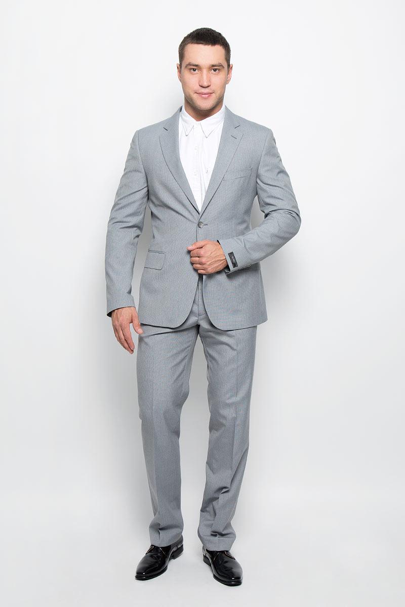 Костюм12.013372Мужской костюм BTC, состоящий из пиджака и брюк, займет достойное место в вашем гардеробе. Костюм изготовлен из высококачественного материала. Подкладка модели выполнена из полиэстера. Пиджак с длинными рукавами и отложным воротником с лацканами застегивается на две пуговицы. Модель оснащена прорезным карманом на груди и двумя прорезными карманами с клапанами в нижней части изделия. С внутренней стороны находятся три прорезных кармана, один из которых застегивается на пуговицу. Низ рукавов декорирован пуговицами. Спинка дополнена двумя шлицами. Брюки со стрелками застегиваются на крючок и пуговицы в поясе и имеют ширинку на застежке-молнии. На брюках предусмотрены шлевки для ремня. Спереди модель дополнена двумя втачными карманами со скошенными краями, а сзади - прорезным карманом на пуговице. Этот модный и в то же время комфортный костюм - отличный вариант для офиса и торжеств. Такой костюм позволит выглядеть вам элегантно и стильно!