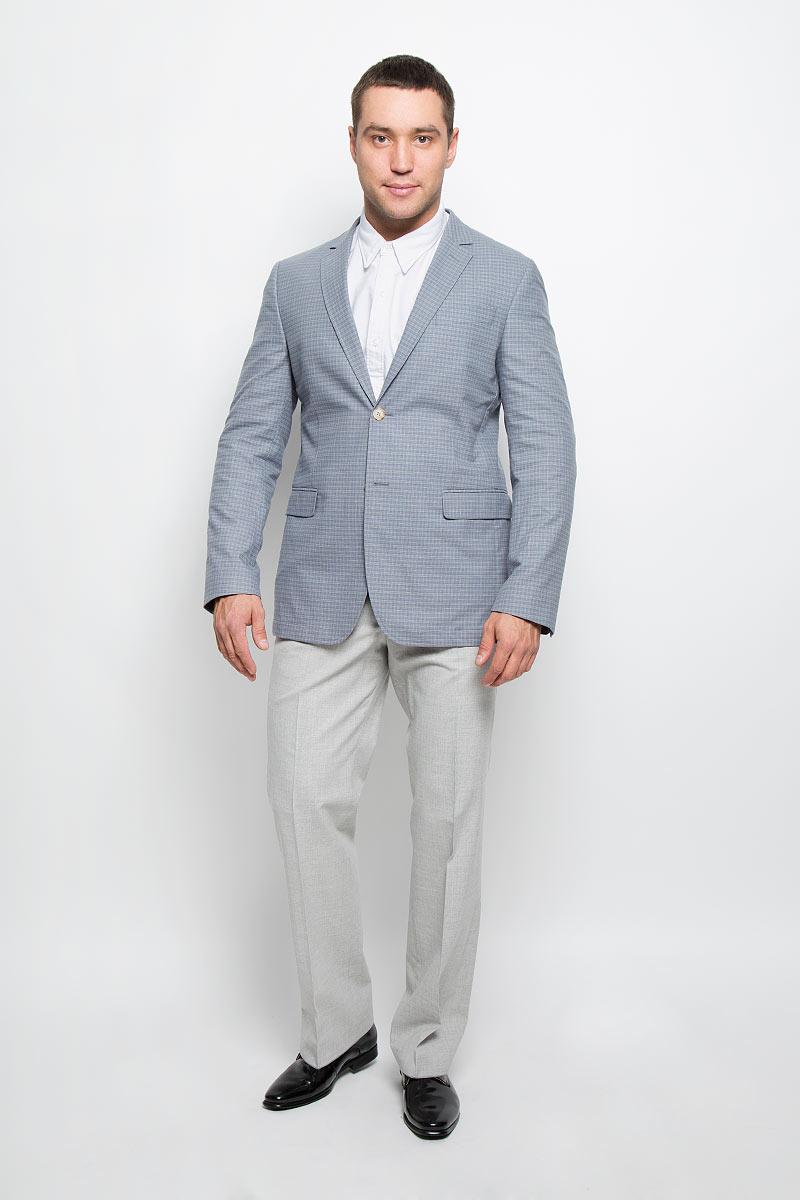 Пиджак12.013479Оригинальный мужской пиджак BTC изготовлен из эластичного хлопка. Ткань изделия мягкая и тактильно приятная, хорошо пропускает воздух. Частичная подкладка пиджака изготовлена из ткани с эффектом хамелеон, в состав которой входят вискоза и полиэстер. Пиджак с длинными рукавами и отложным воротником с лацканами застегивается на две пуговицы. Модель оснащена прорезным карманом на груди и двумя прорезными карманами с клапанами в нижней части изделия. Внутри расположены два прорезных кармана, один из которых застегивается на пуговицу. На спинке предусмотрена центральная шлица. Оформлен пиджак принтом в клетку. Низ рукавов декорирован пуговицами. Этот модный пиджак станет отличным дополнением к вашему гардеробу!