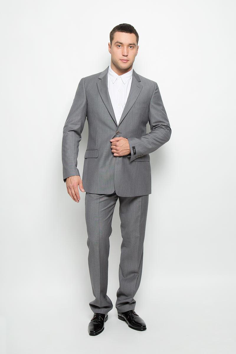 12.013317Мужской костюм BTC Modern, выполненный из шерсти с добавлением мохера, займет достойное место в вашем гардеробе. Костюм состоит из пиджака и брюк. Подкладка модели изготовлена из комбинации вискозы и ацетата. Пиджак с длинными рукавами и отложным воротником с лацканами застегивается на две пуговицы. Модель оснащена прорезным карманом на груди и двумя прорезными карманами с клапанами в нижней части изделия. С внутренней стороны находятся четыре прорезных кармана. На рукавах имеются застежки-пуговицы. Спинка дополнена центральной шлицей. Брюки со стрелками застегиваются на крючок и пуговицы в поясе и имеют ширинку на застежке-молнии. На брюках предусмотрены шлевки для ремня. Спереди модель дополнена двумя втачными карманами со скошенными краями, а сзади - двумя прорезными карманами на пуговицах. Высокое качество кроя и пошива, актуальный дизайн и расцветка придают изделию неповторимый стиль и индивидуальность. Такой костюм идеально подойдет для...