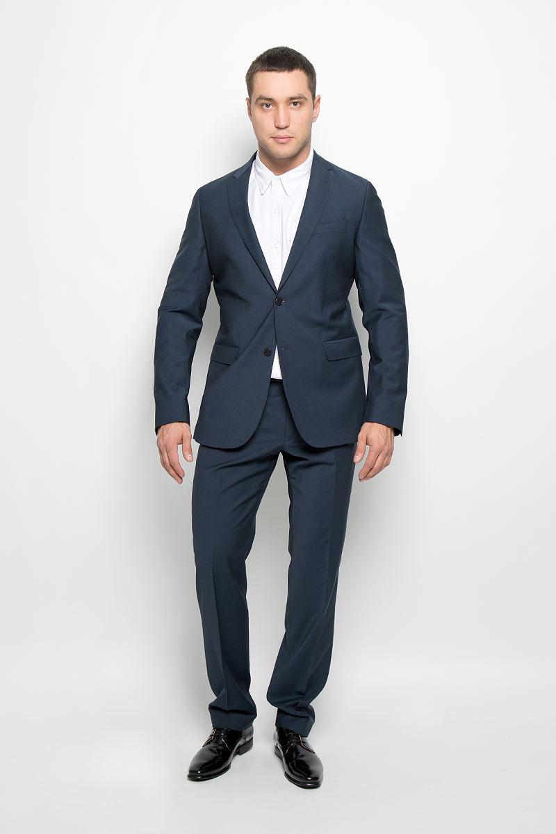 12.014144Мужской костюм BTC Modern, состоящий из пиджака и брюк, займет достойное место в вашем гардеробе. Костюм изготовлен из высококачественного материала. Подкладка модели выполнена из ацетата и вискозы. Пиджак с длинными рукавами и отложным воротником с лацканами застегивается на две пуговицы. Модель оснащена прорезным карманом на груди и двумя прорезными карманами с клапанами в нижней части изделия. С внутренней стороны находятся четыре прорезных кармана. Низ рукавов декорирован пуговицами. Спинка дополнена двумя шлицами. Брюки со стрелками застегиваются на крючок и пуговицы в поясе и имеют ширинку на застежке-молнии. На брюках предусмотрены шлевки для ремня. Спереди модель дополнена двумя втачными карманами со скошенными краями, а сзади - двумя прорезными карманами на пуговицах. Этот модный и в то же время комфортный костюм - отличный вариант для офиса и торжеств. Такой костюм позволит выглядеть вам элегантно и стильно!