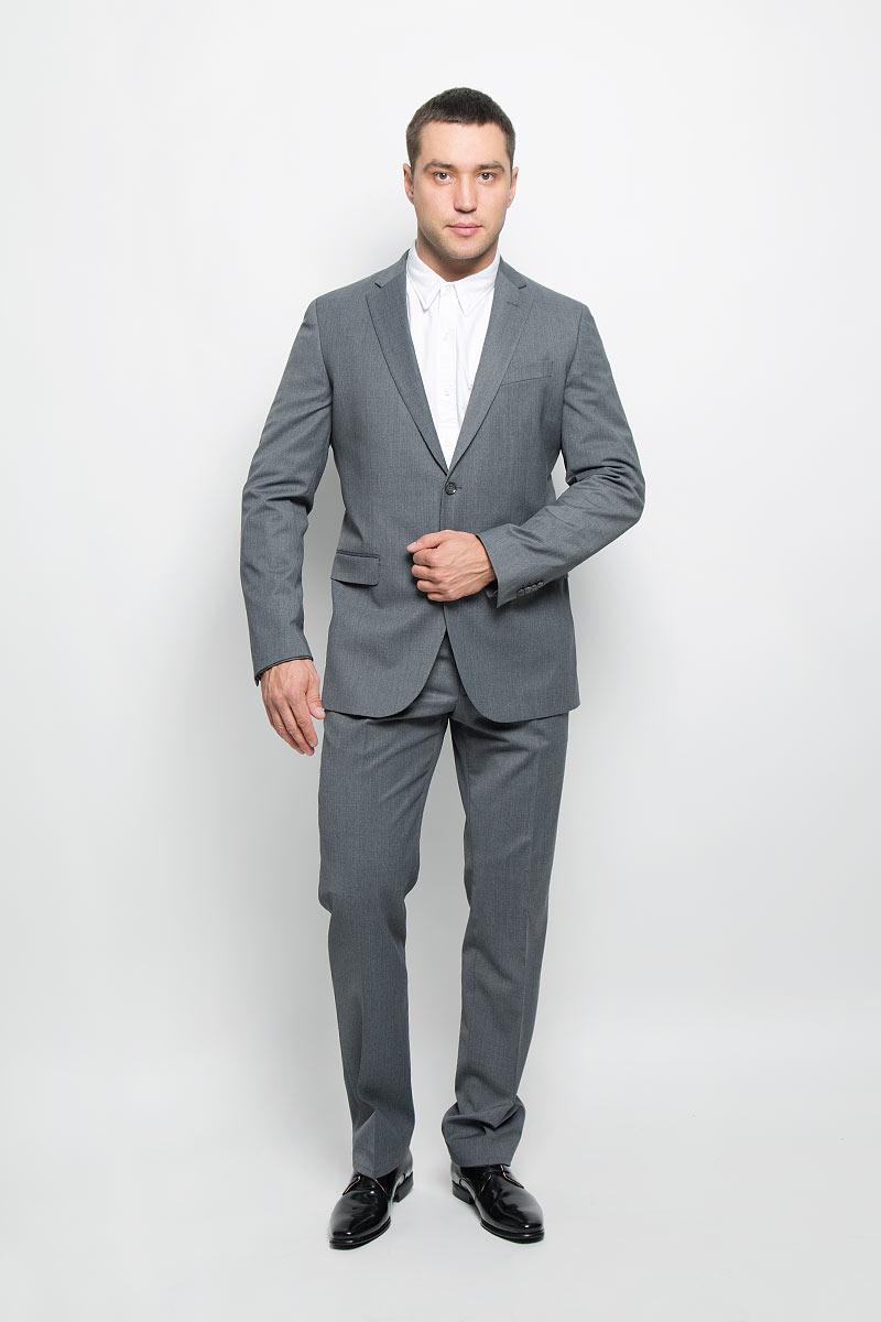 12.014145Мужской костюм BTC Modern, состоящий из пиджака и брюк, займет достойное место в вашем гардеробе. Костюм изготовлен из высококачественного материала. Ткань изделия гладкая, тактильно приятная. Подкладка модели выполнена из ацетата. Пиджак с длинными рукавами и отложным воротником с лацканами застегивается на две пуговицы. Модель оснащена прорезным карманом на груди и двумя прорезными карманами с клапанами в нижней части изделия. С внутренней стороны находятся четыре прорезных кармана, один из которых застегивается на пуговицу. Низ рукавов декорирован пуговицами. Спинка дополнена двумя шлицами. Брюки со стрелками застегиваются на крючок и пуговицы в поясе и имеют ширинку на застежке-молнии. На брюках предусмотрены шлевки для ремня. Спереди модель дополнена двумя втачными карманами со скошенными краями, а сзади - двумя прорезными карманами на пуговицах. Этот модный и в то же время комфортный костюм - отличный вариант для офиса и торжеств. Такой костюм ...