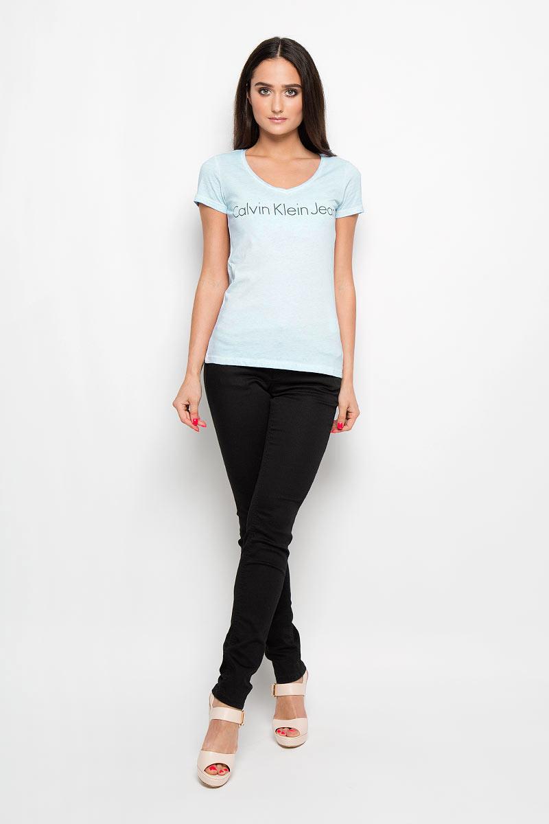 J2EJ204277_0730Женская футболка Calvin Klein Jeans, выполненная из натурального хлопка, поможет создать отличный современный образ в стиле Casual. Футболка с V-образным вырезом горловины и короткими рукавами оформлена надписью Calvin Klein Jeans. Такая футболка станет стильным дополнением к вашему гардеробу, она подарит вам комфорт в течение всего дня!