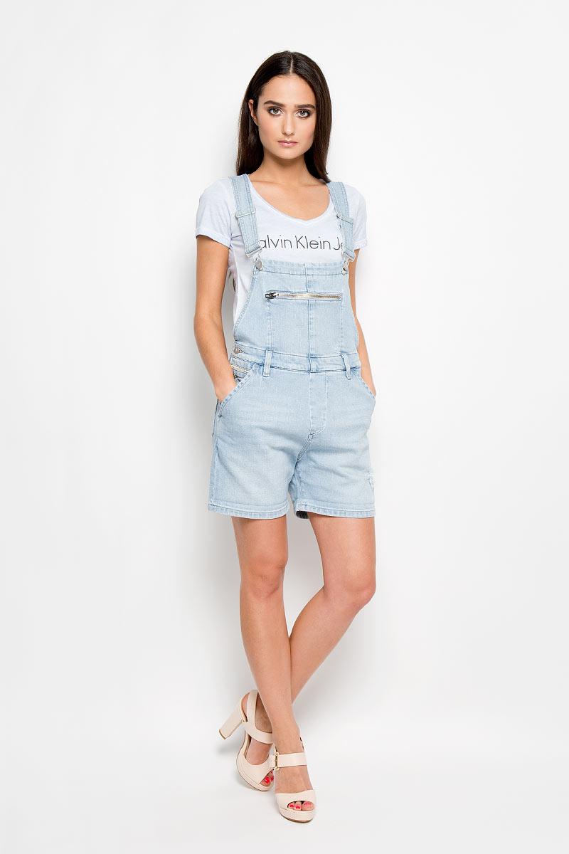 Комбинезон09029Стильный женский комбинезон Calvin Klein Jeans прямого кроя, изготовленный из хлопка с добавлением эластана, приятен на ощупь, не сковывает движения и позволяет коже дышать, не раздражает даже самую нежную и чувствительную кожу, обеспечивая наибольший комфорт. Модель имеет удобную застежку - пуговицы сбоку. Изделие дополнено спереди двумя втачными карманами с косыми срезами и одним прорезным карманом на застежке-молнии, сзади двумя накладными карманами. На поясе имеются шлевки для ремня. Лямки комбинезона регулируются по длине. Комбинезон оформлен потертостями и рваным эффектом. Этот модный и в тоже время комфортный комбинезон послужит отличным дополнением к вашему гардеробу, он станет главной составляющей вашего стиля. В нем вы всегда будете чувствовать себя уютно и комфортно!
