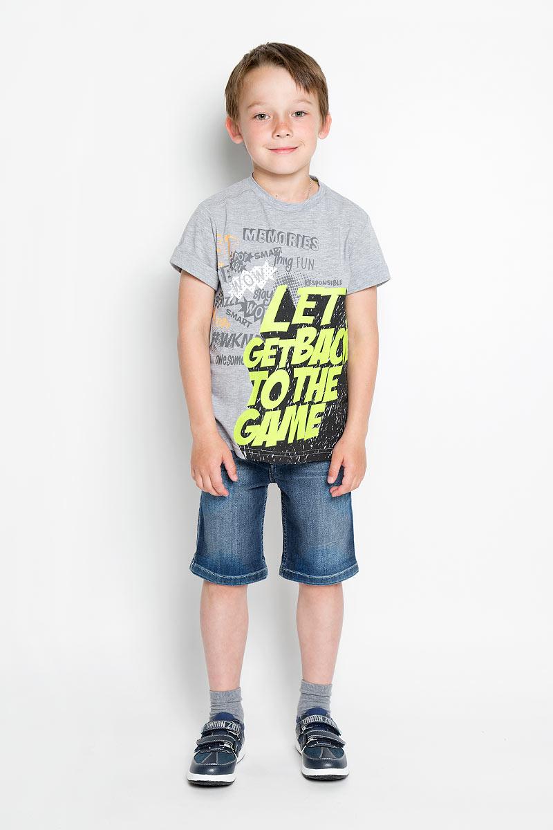 ФутболкаSCFSB-628-14609-808 мод.M5-001Футболка для мальчика Silver Spoon Casual идеально подойдет юному моднику для отдыха и прогулок. Изготовленная из хлопка с добавлением полиэстера, она мягкая и приятная на ощупь, позволяет коже дышать, не стесняет движений. Модель с круглым вырезом горловины и короткими рукавами оформлена яркой термоаппликацией в виде надписи, а также различными принтовыми надписями. Рукава дополнены декоративными отворотами. На спинке изделие украшено небольшой металлической пластиной с названием бренда. Современный дизайн и расцветка делают эту футболку модным предметом детской одежды. Обладатель такой футболки всегда будет в центре внимания!