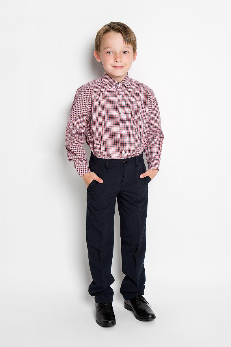 РубашкаGraf 28-25Стильная рубашка для мальчика Tsarevich идеально подойдет вашему юному мужчине. Изготовленная из хлопка с добавлением полиэстера, она мягкая и приятная на ощупь, не сковывает движения и позволяет коже дышать, не раздражает даже самую нежную и чувствительную кожу ребенка, обеспечивая ему наибольший комфорт. Рубашка классического кроя с длинными рукавами и отложным воротничком застегивается по всей длине на пуговицы. На груди она дополнена накладным карманом. Края рукавов дополнены широкими манжетами на пуговицах. Низ изделия немного закруглен к боковым швам. Модель оформлена принтом в мелкую цветную клетку. Внутренняя сторона манжет и воротника, а также планка с пуговицами выполнены в контрастном цвете. Такая рубашка будет прекрасно смотреться с брюками и джинсами. Она станет неотъемлемой частью детского гардероба.