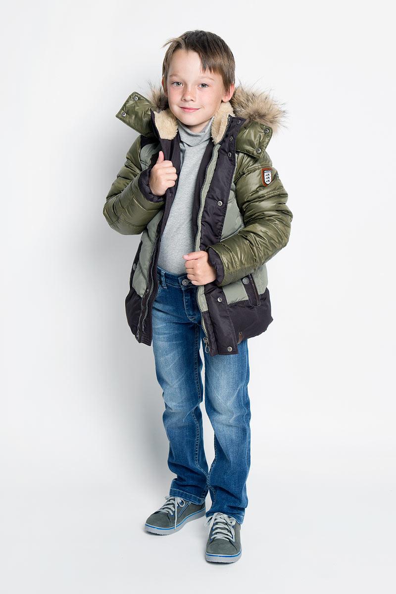 Куртка для мальчика. PUFWB-526-10116-706PUFWB-526-10116-706Теплая куртка для мальчика Pulka идеально подойдет для ребенка в холодное время года. Модель выполнена из полиэстера с утеплителем Shelter - 100% микроволокна полиэстера, а также с добавлением пуха и пера. Shelter - утеплитель, состоящий из полиэфирных микроволокон, удачно сочетает непревзойденное тепло натурального пуха и лучшие качества синтетических материалов. Его уникальность состоит в особенности структуры, повторяющей пух. Ультратонкие волокна делают утеплитель мягким, позволяющим ребенку активно двигаться. Изделие легко стирается, быстро сохнет и сохраняет форму. В качестве подкладки используется 100% полиэстер. Куртка с воротником-стойкой и капюшоном застегивается на пластиковую застежку-молнию и дополнительно имеет внешнюю ветрозащитную планку на кнопках. Капюшон, декорированный съемной опушкой из натурального меха енота, пристегивается к куртке при помощи молнии и дополнительно застегивается клапаном под подбородком на кнопки. По краю он снабжен скрытой резинкой со...