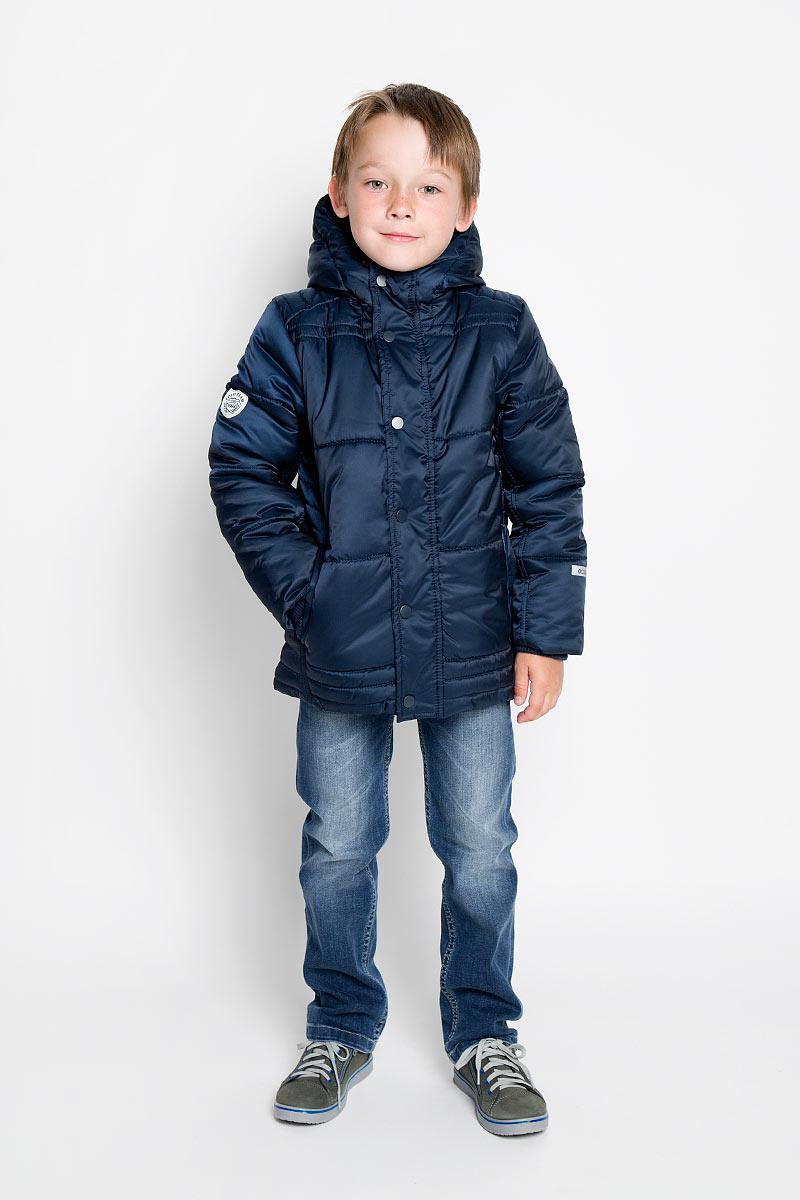 Куртка для мальчика. 363001363001Стильная куртка для мальчика Scool, выполненная из полиэстера, идеально подойдет для ребенка в прохладное время года. Куртка утеплена 100% полиэстером, который хорошо сохраняет тепло. В качестве подкладки также используется полиэстер. Куртка с капюшоном и длинными рукавами застегивается на пластиковую застежку-молнию и дополнительно имеет внешнюю ветрозащитную планку на кнопках. Капюшон дополнен шнурком-кулиской. Рукава понизу дополнены широкими эластичными манжетами. Спереди имеются два втачных кармана на кнопках. Модель оформлена нашивками на рукавах. Комфортная, удобная и практичная, эта куртка идеально подойдет для прогулок и игр на свежем воздухе!