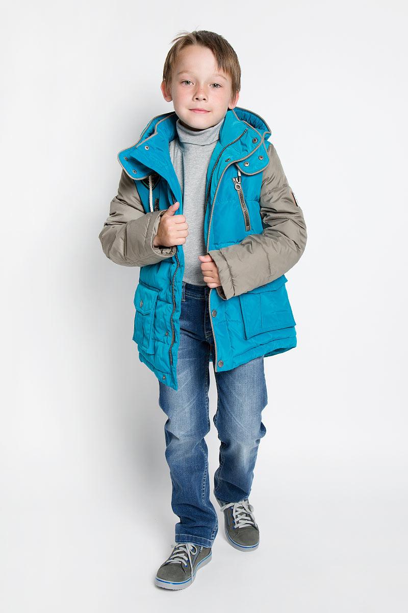 Куртка для мальчика. PUFWB-516-10103PUFWB-516-10103-601Стильная куртка для мальчика Pulka идеально подойдет для ребенка в холодное время года. Курточка изготовлена из полиэстера с утеплителем Shelter - 100% микроволокна полиэстера. Shelter - утеплитель, состоящий из полиэфирных микроволокон, удачно сочетает непревзойденное тепло натурального пуха и лучшие качества синтетических материалов. Его уникальность состоит в особенности структуры, повторяющей пух. Ультратонкие волокна делают утеплитель мягким, позволяющим ребенку активно двигаться. Изделие легко стирается, быстро сохнет и сохраняет форму. Основная подкладка выполнена из эластичного хлопка. Куртка с капюшоном застегивается на пластиковую застежку-молнию и дополнительно имеет внутреннюю и внешнюю ветрозащитные планки. Внешняя планка застегивается на кнопки. Капюшон, дополненный по краю на скрытый шнурок с оригинальными стопперами, пристегивается к куртке при помощи кнопок и дополнительно застегивается клапаном под подбородком на кнопки. По краю он снабжен скрытой...