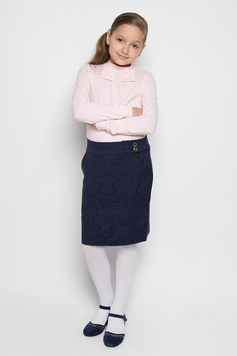 AW15GS136B-9Стильная юбка для девочки Nota Bene идеально подойдет для школы. Изготовленная из хлопка с добавлением полиэстера, она необычайно мягкая и приятная на ощупь, не сковывает движения малышки и позволяет коже дышать, не раздражает даже самую нежную и чувствительную кожу ребенка, обеспечивая ему наибольший комфорт. Классическая юбка слегка зауженного к низу кроя, по поясу застегивается на две пуговицы. Спереди модель дополнена двумя втачными карманами с косыми срезами. В среднем шве юбки расположена шлица. Изделие оформлено оригинальным орнаментом В сочетании с любым верхом, эта юбка выглядит строго, красиво, и очень эффектно.
